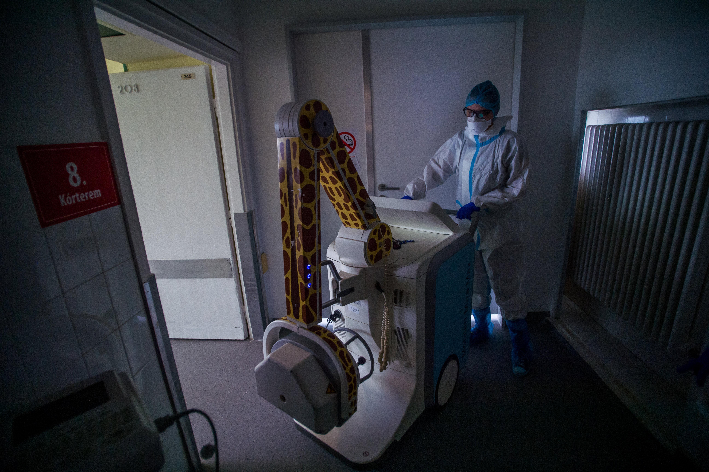 Koronavírus: 220 halott, minden harmadik teszt pozitív