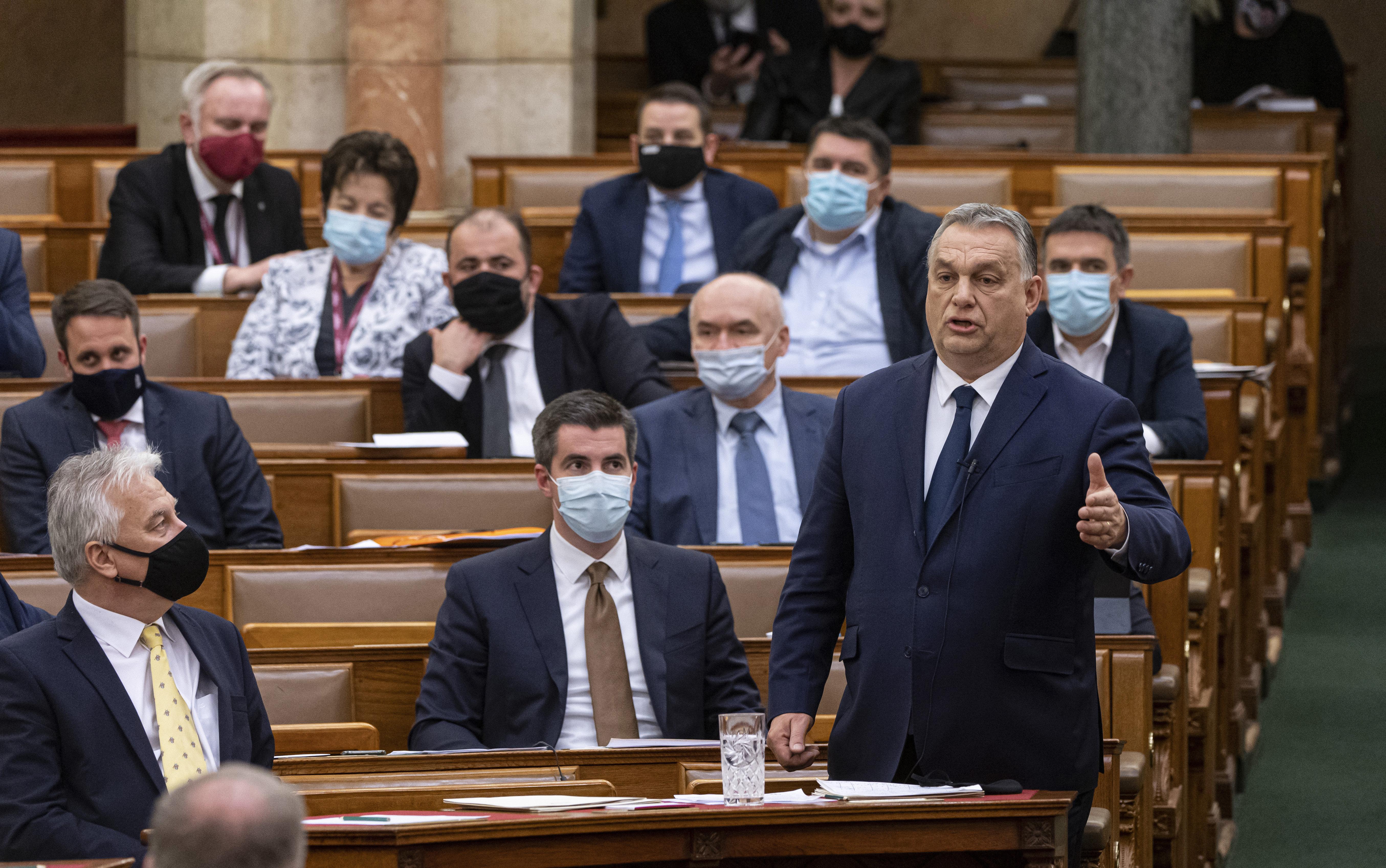 Orbán szeptemberben még magára vállalta a felelősséget, hétezer áldozat mellett már nem
