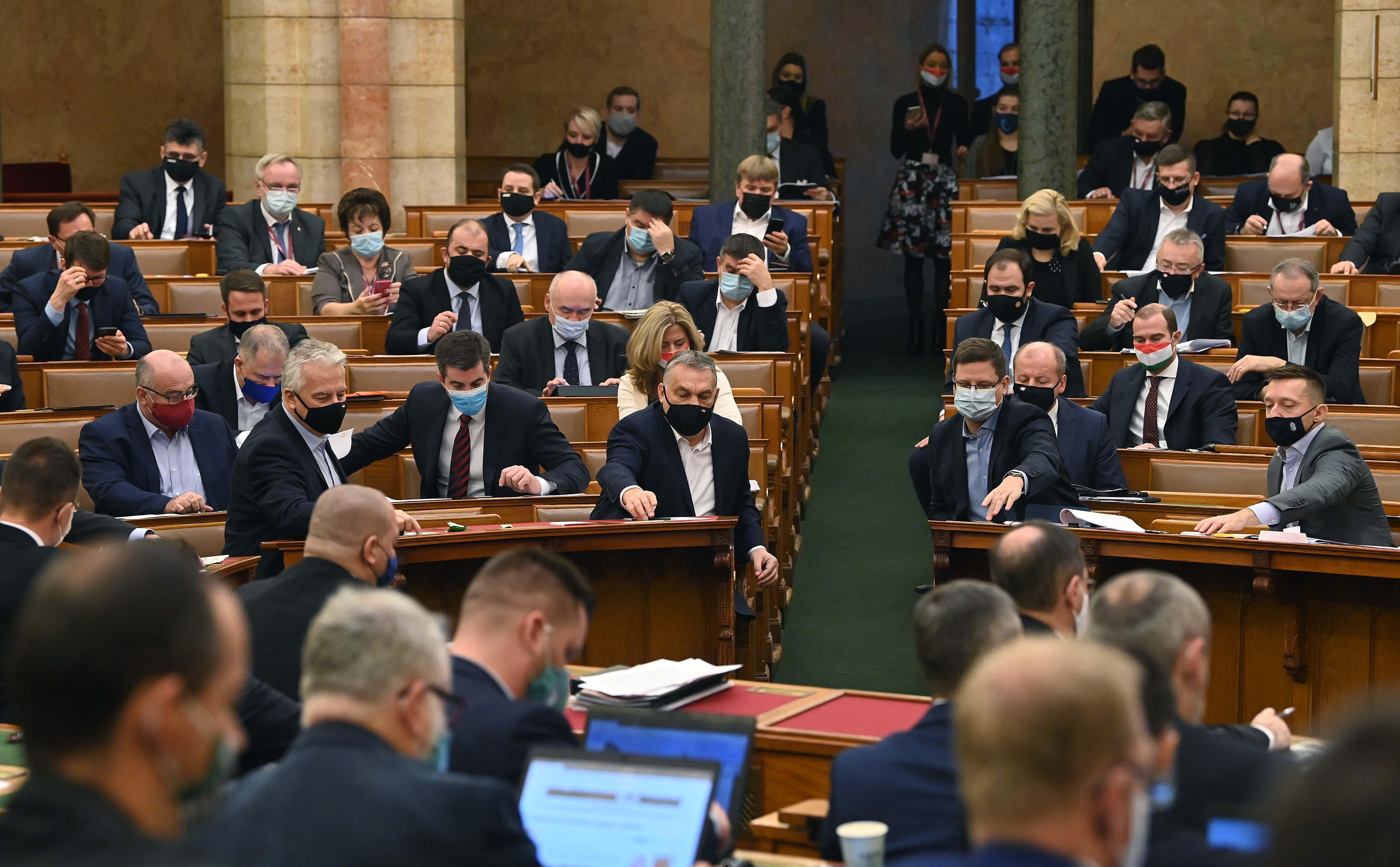 Oltást adnak a tanároknak, de Orbán és Gulyás úgy beszélnek erről, mintha a fogukat húznák