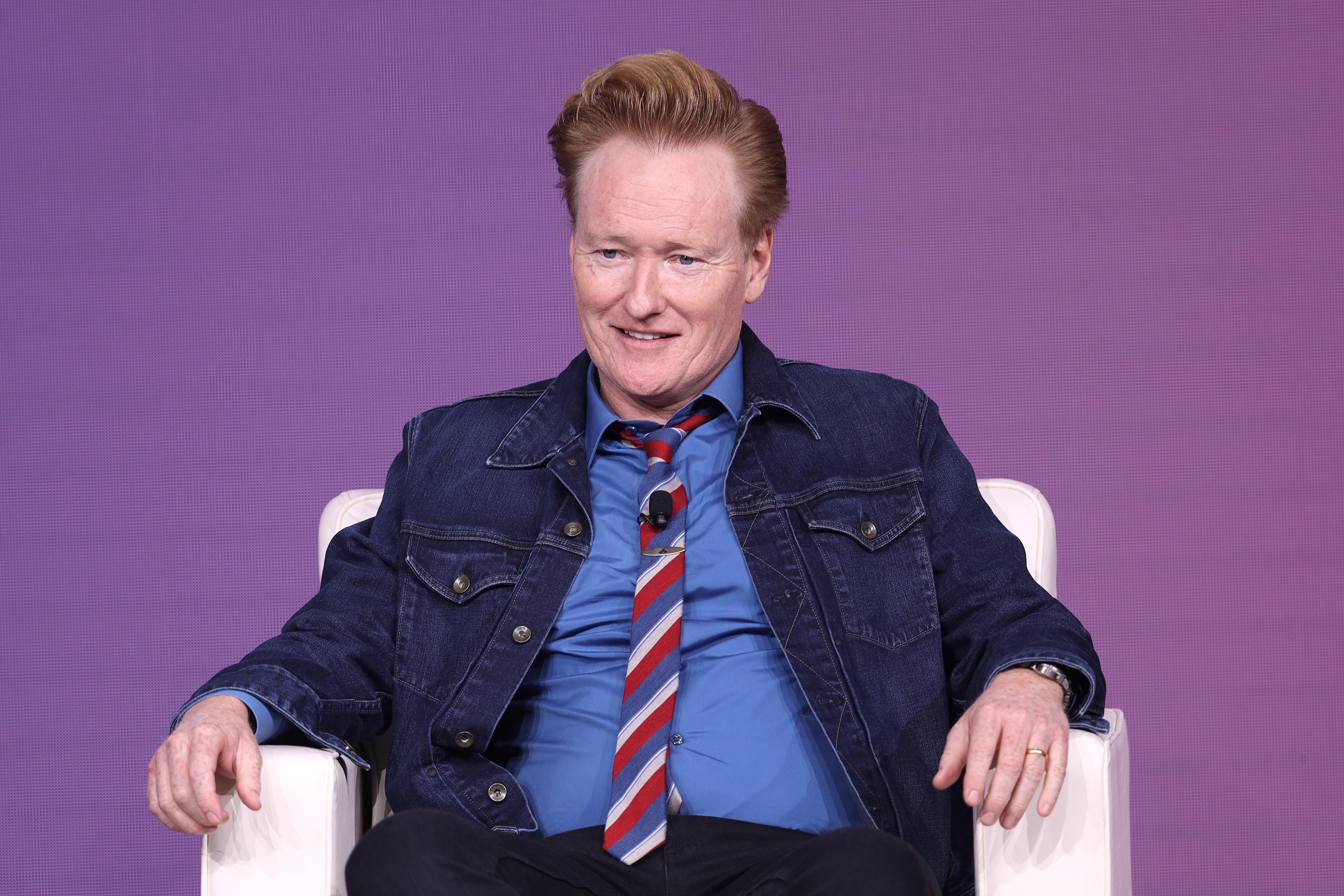Conan O'Brien nem hagyja, hogy elfelejtsük a 25 fős brüsszeli orgiát