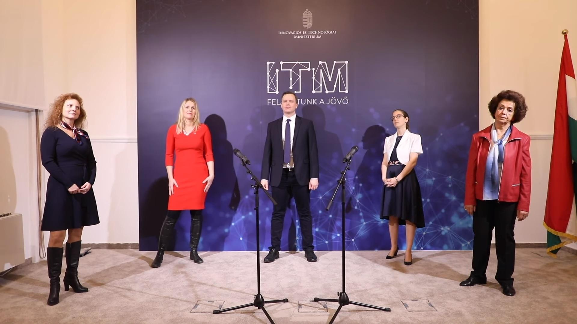 Ez aztán az innováció: a helyettes államtitkár és kollégái ütős karácsonyi slágerrel lepték meg az ITM dolgozóit