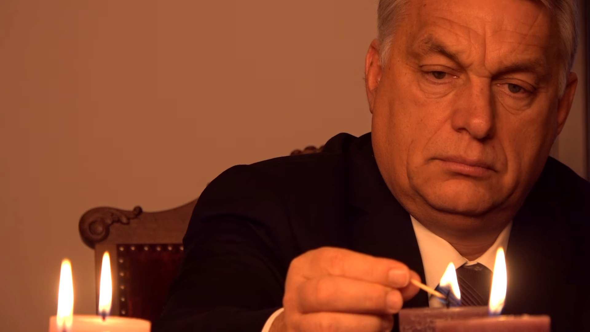 Ádventi csoda: Orbán egy gyertya meggyújtása közben észrevétlenül nyakkendőt is tudott kötni