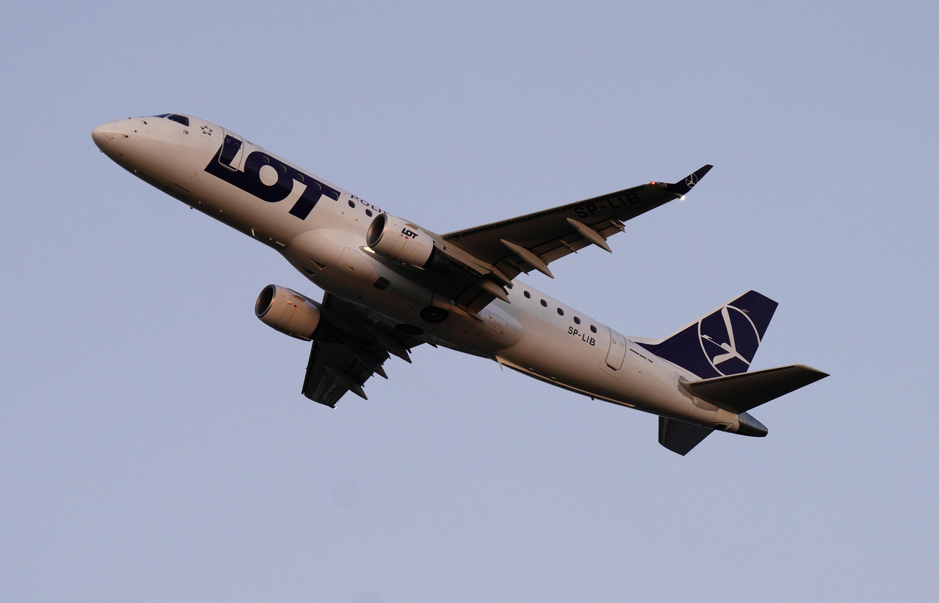 A lengyel kormány segíti ki a koronavírusba beletántorodó LOT légitársaságot
