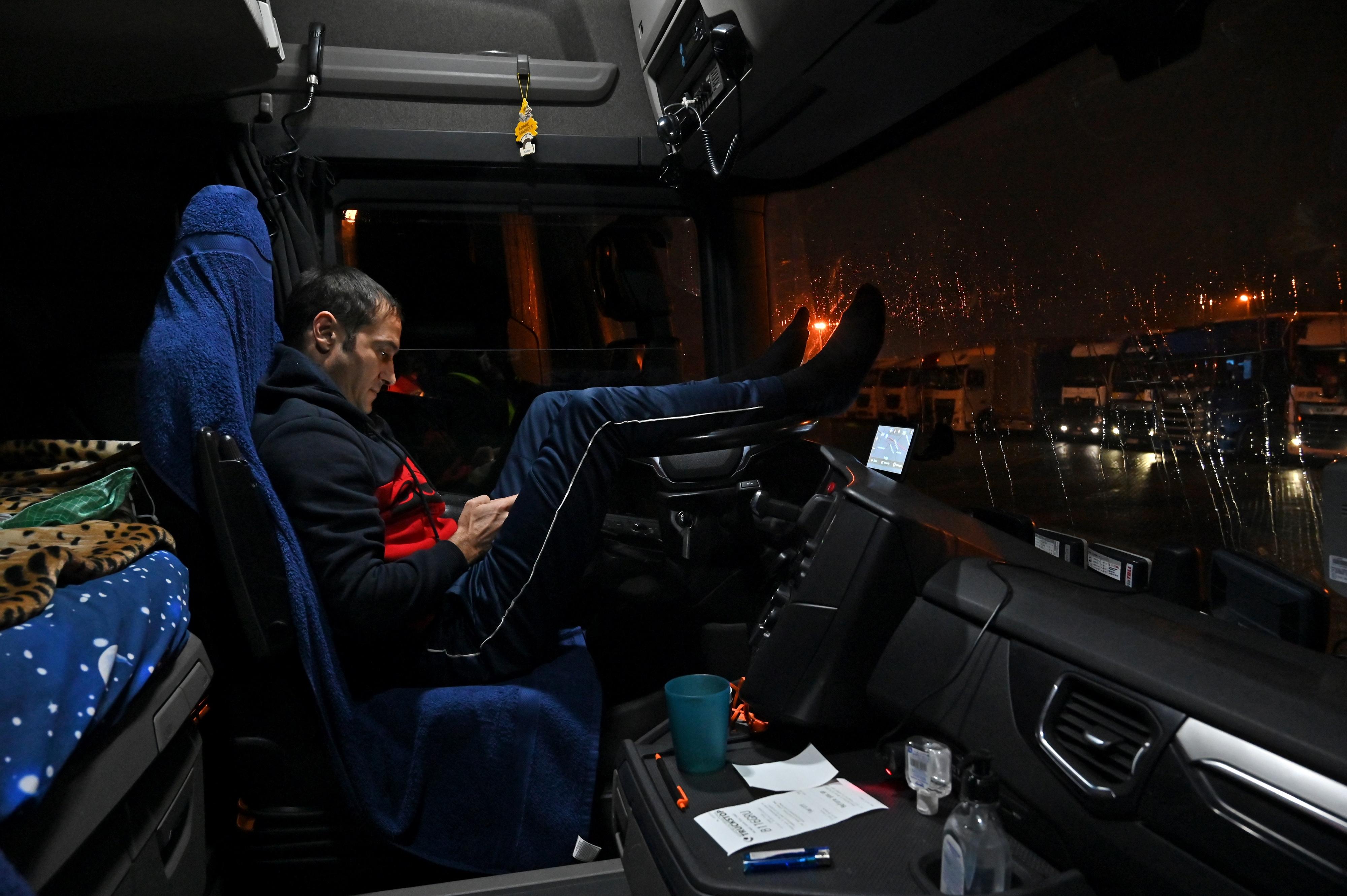 Franciaország negatív teszttel engedi be a brit határnál veszteglő kamionosokat