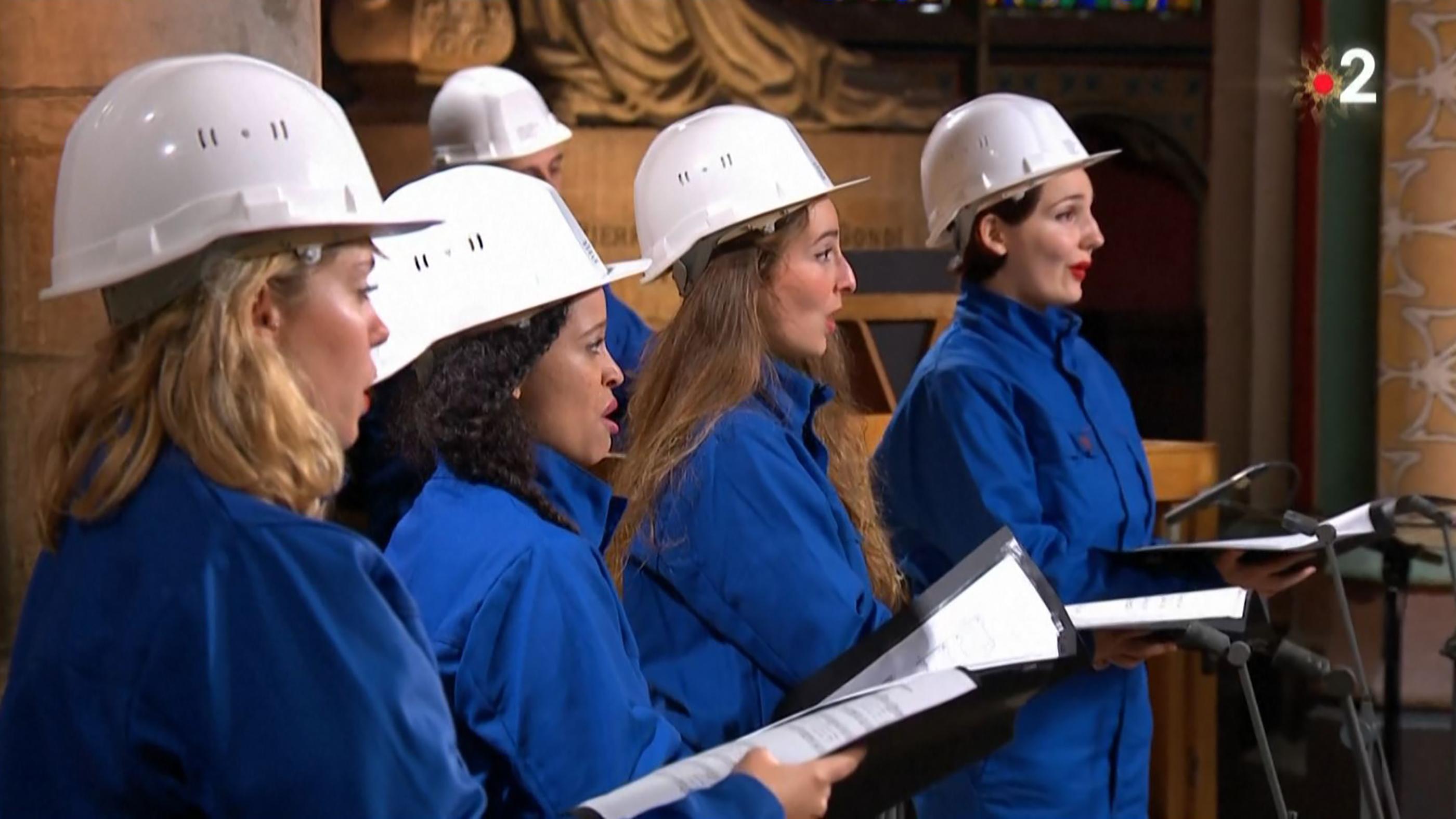 Munkássisakban tartották az első karácsonyi koncertet a leégett Notre-Dame-ban