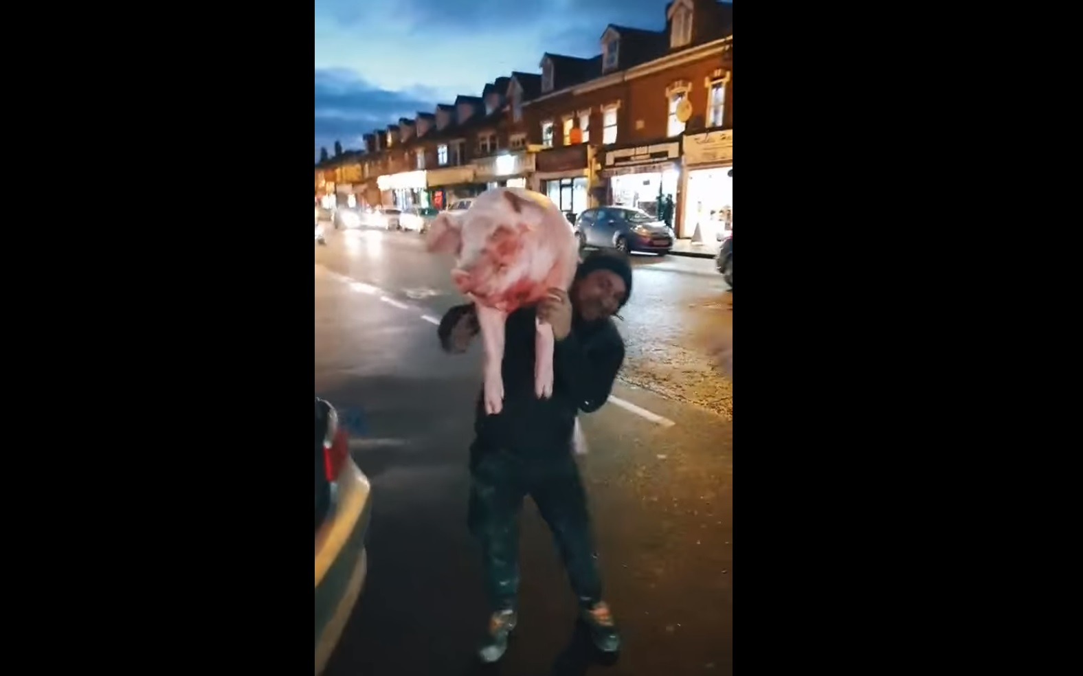 Leszúrt disznót cipelt egy román férfi Londonban