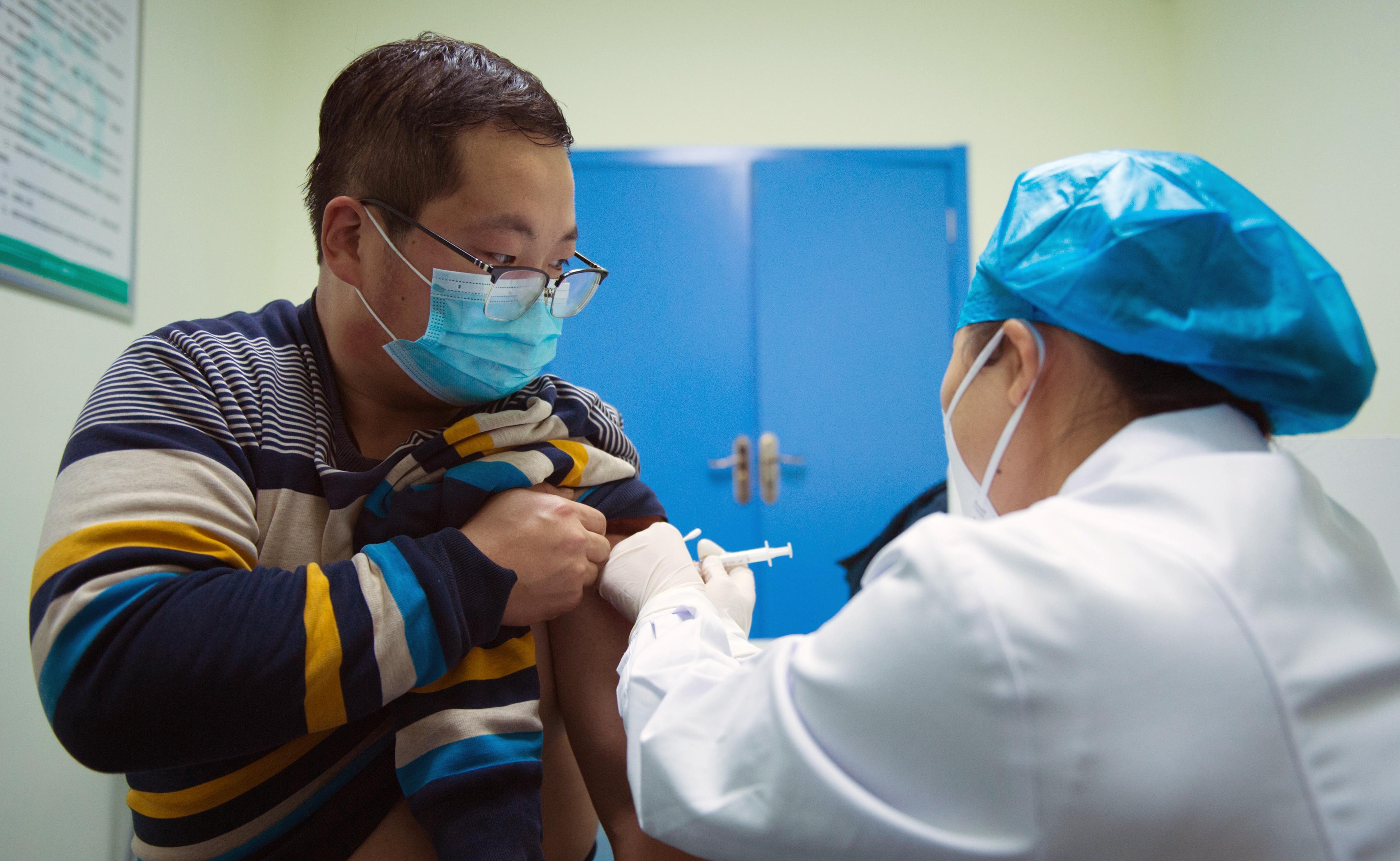 Külföldön kell tesztelni az új kínai vakcinát, mert az országban nincs hozzá elég fertőzött