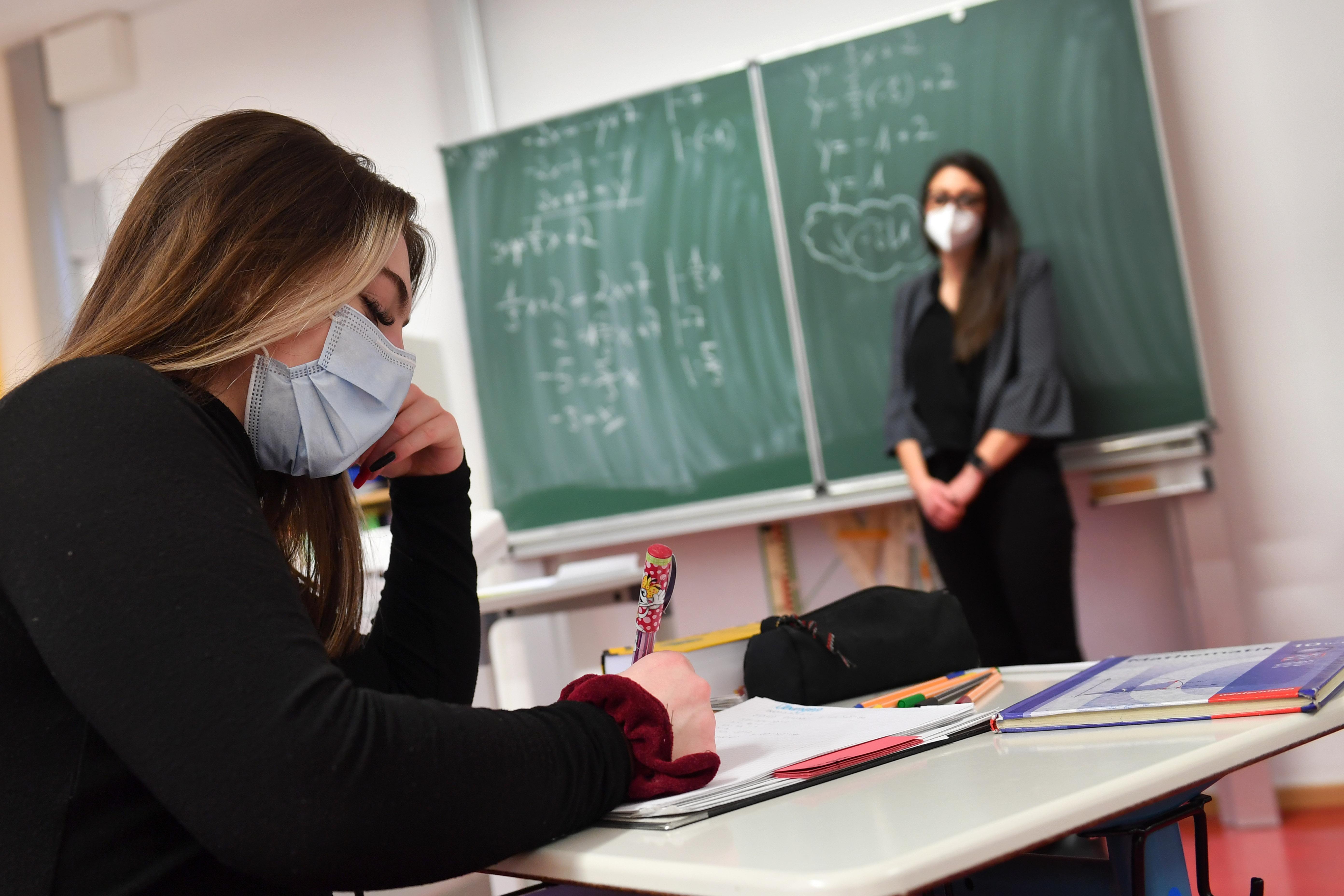 Brit tudósok: az új vírusvariáns a fiatalok közt terjed a legjobban