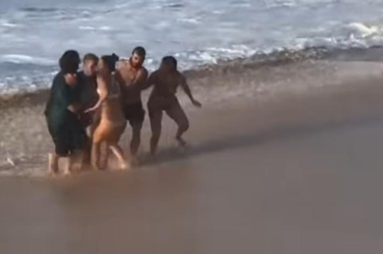 Egy ausztrál profi szörfös mentett ki egy nőt a tengerből Hawaiin