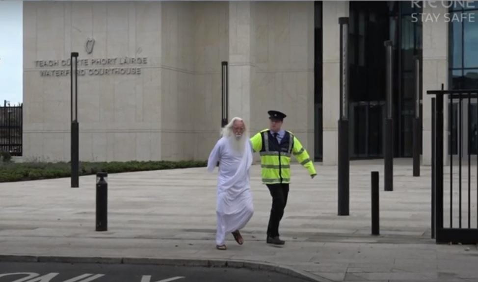 Elnézést kért az ír köztévé, mert a szilveszteri műsorban azon viccelődtek, hogy Isten megerőszakolt egy közel-keleti migránst