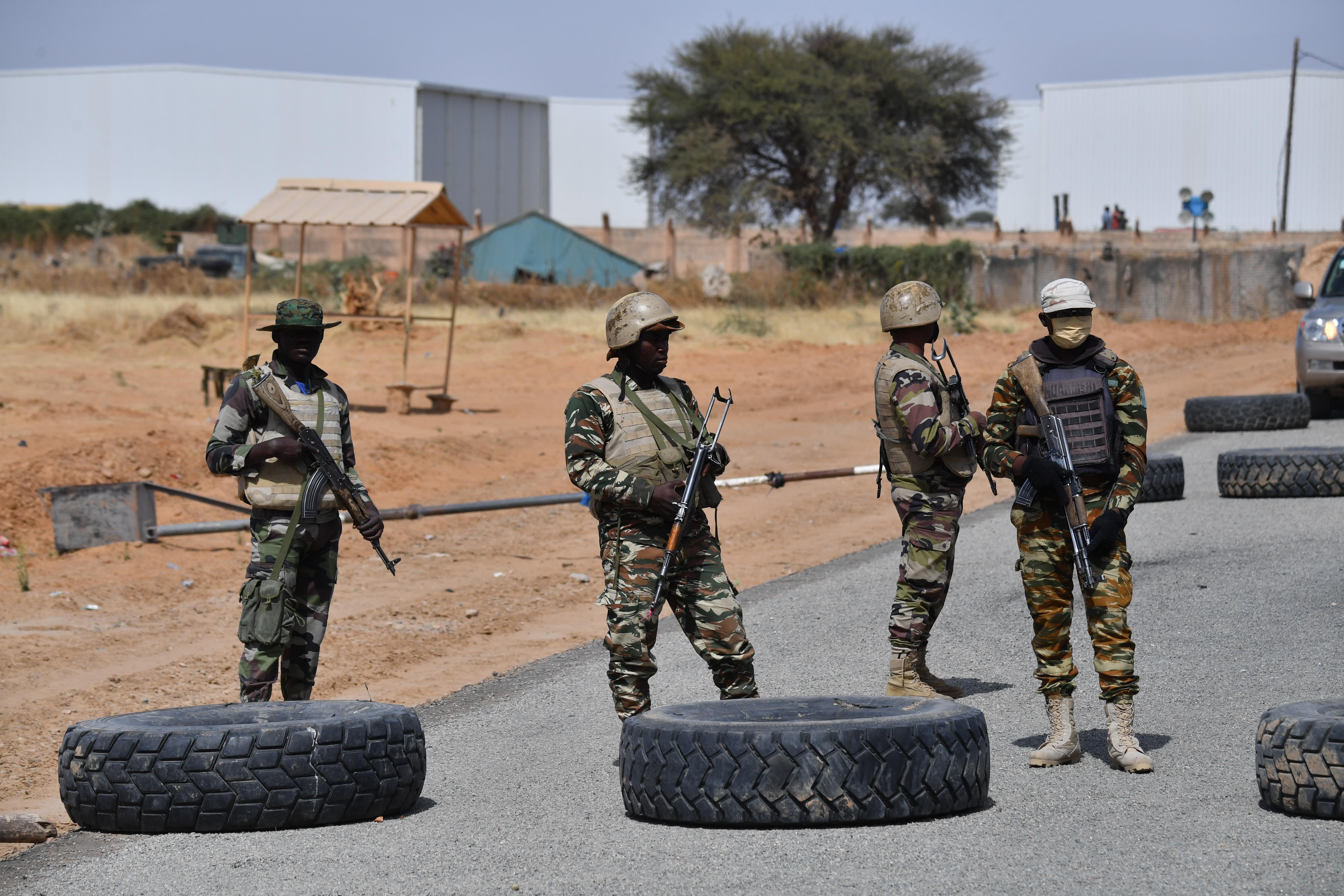 Száz civilt gyilkoltak meg fegyveresek Nigerben