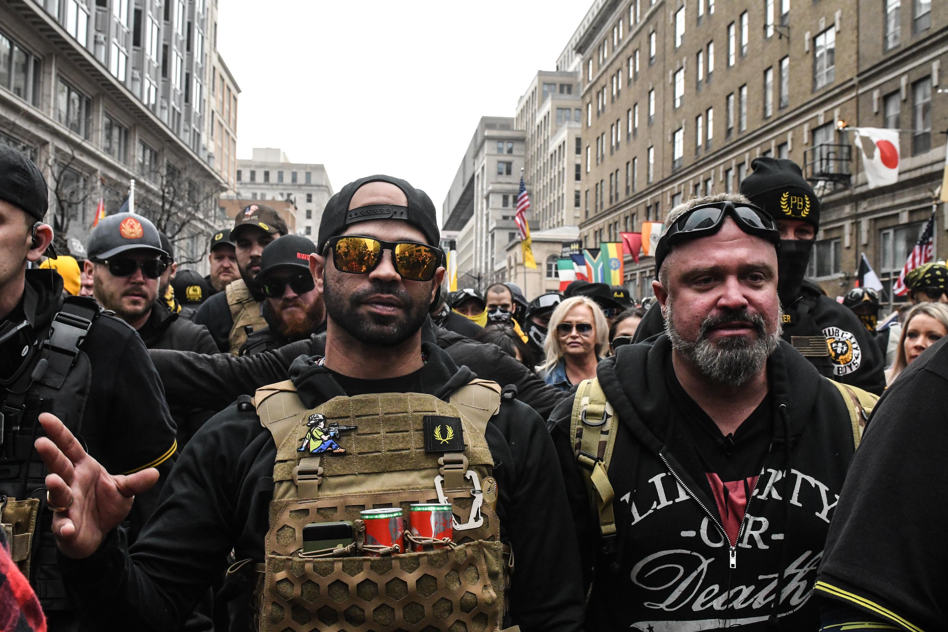 Letartóztatták a neofasiszta Proud Boys vezetőjét, miután egy washingtoni tüntetésen elégetett egy Black Lives Matter zászlót