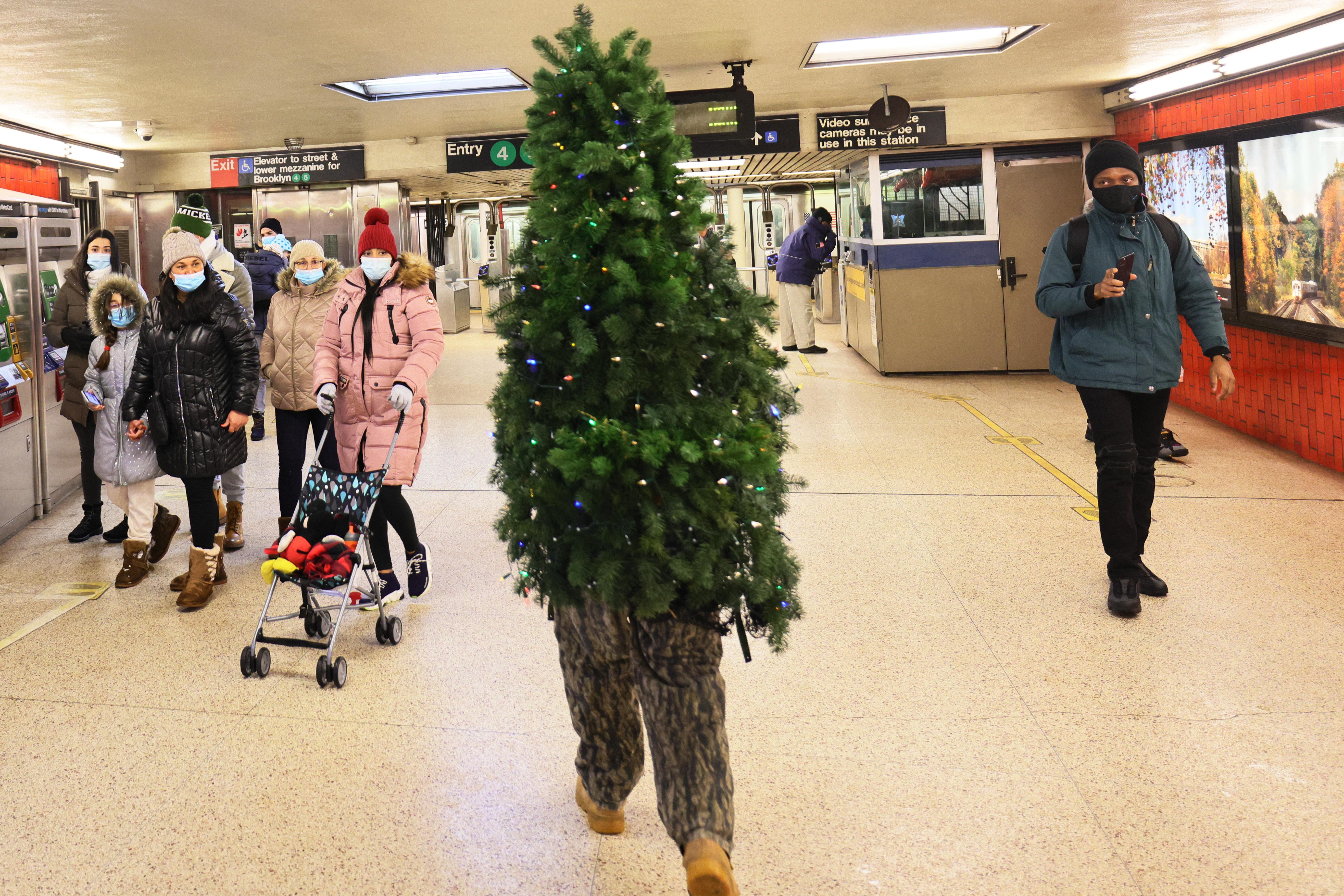 Egy felfújható karácsonyfa-jelmez miatt fertőződött meg 40 ember egy kaliforniai kórházban