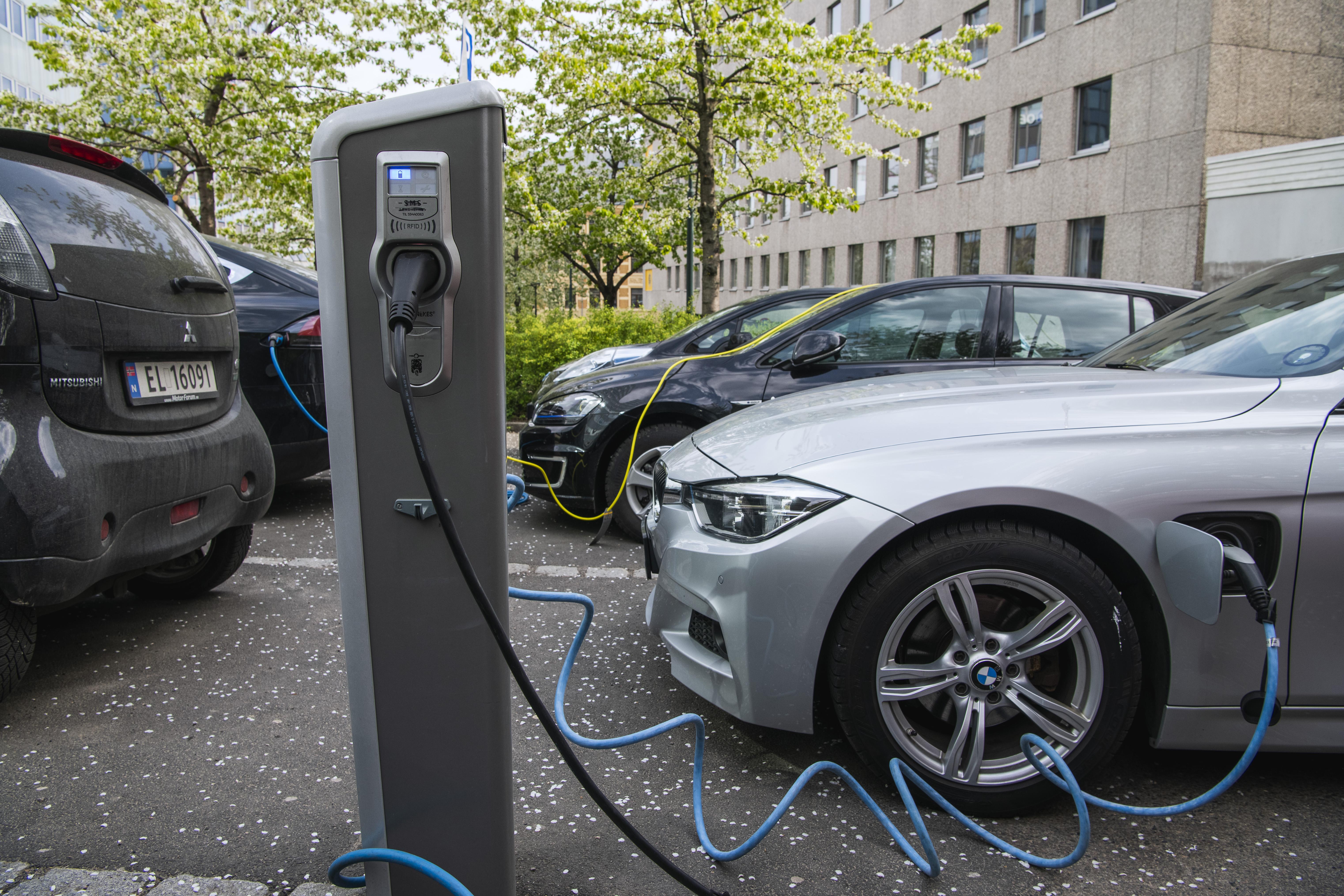 Norvégiában több elektromos autót adtak el 2020-ban, mint benzinest, dízelt és hibridet együtt