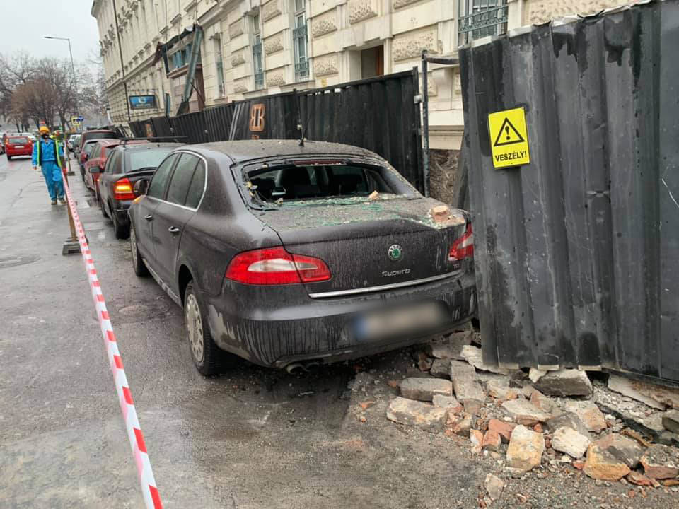 Faldarabok hullottak a Radetzky-laktanya mellett parkoló autókra