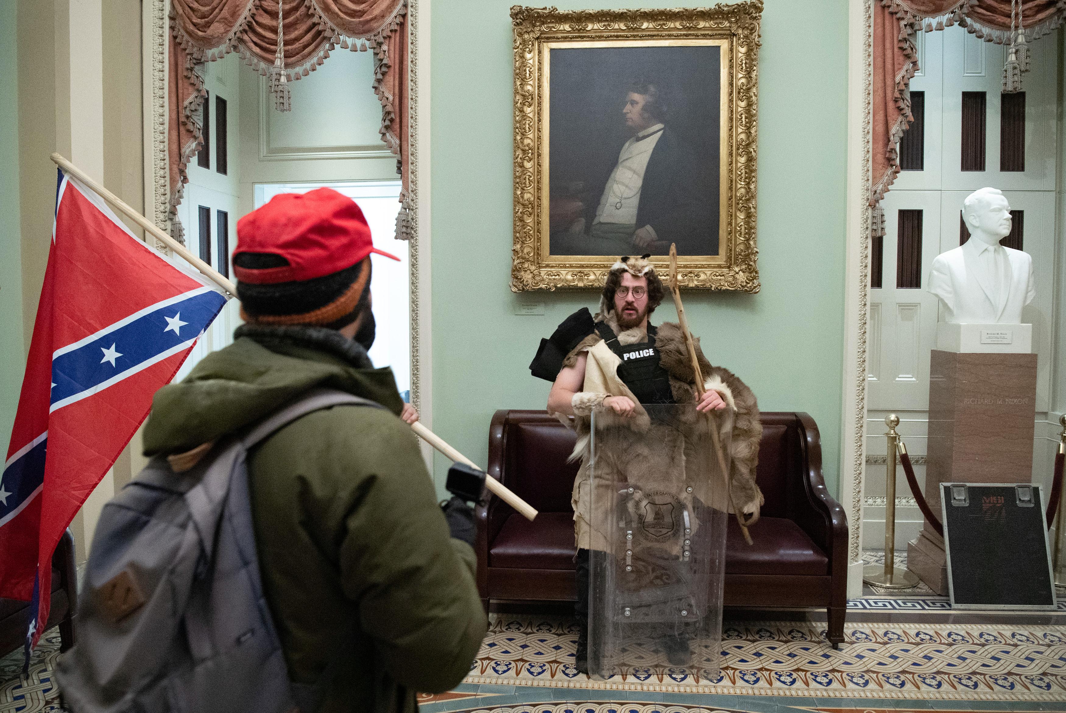 Letartóztatták a férfit, aki konföderációs zászlót lengetett a Capitoliumban