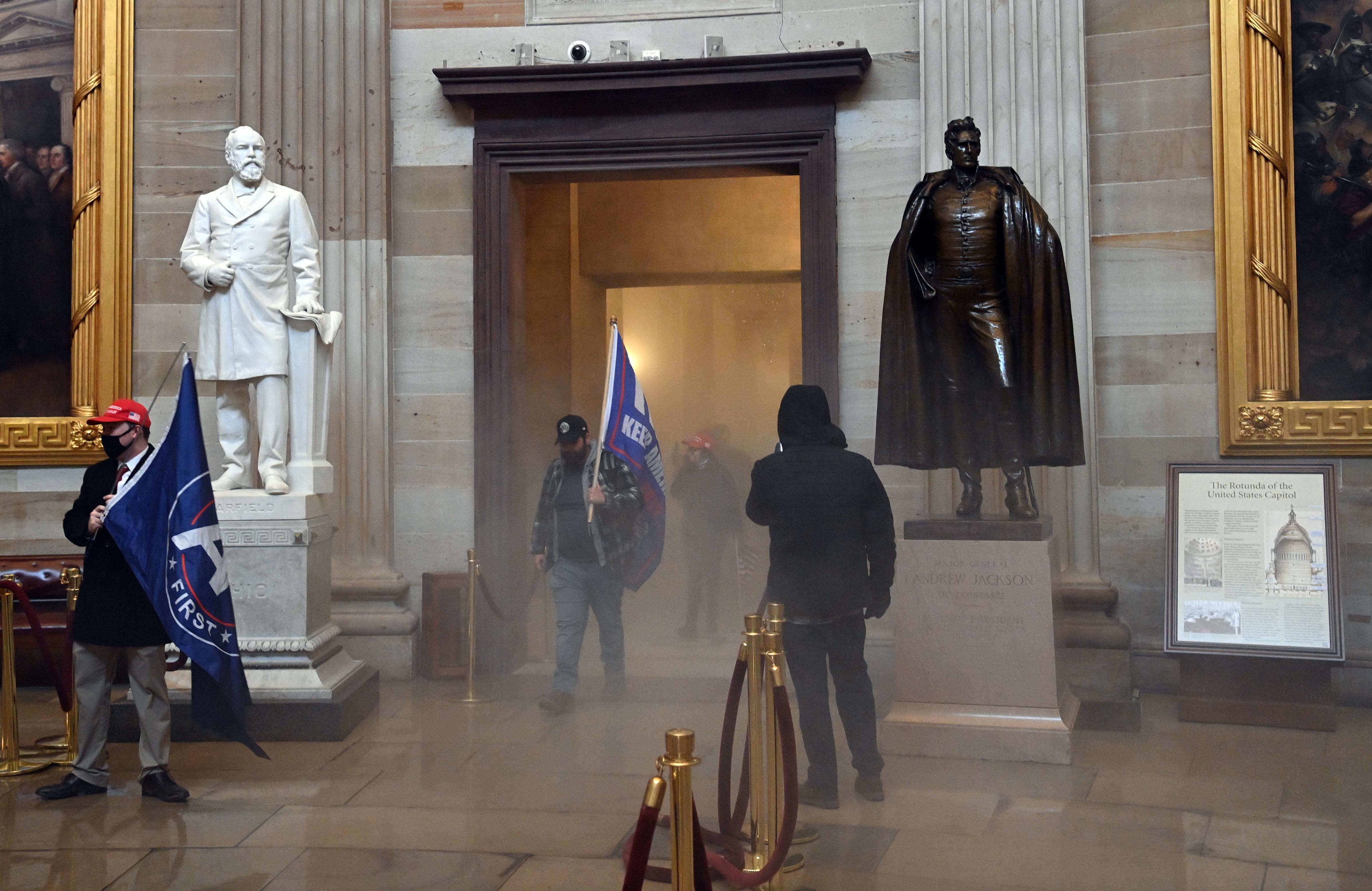 Poroltóval ütötték le a rendőrt, aki meghalt a Capitolium ostrománál