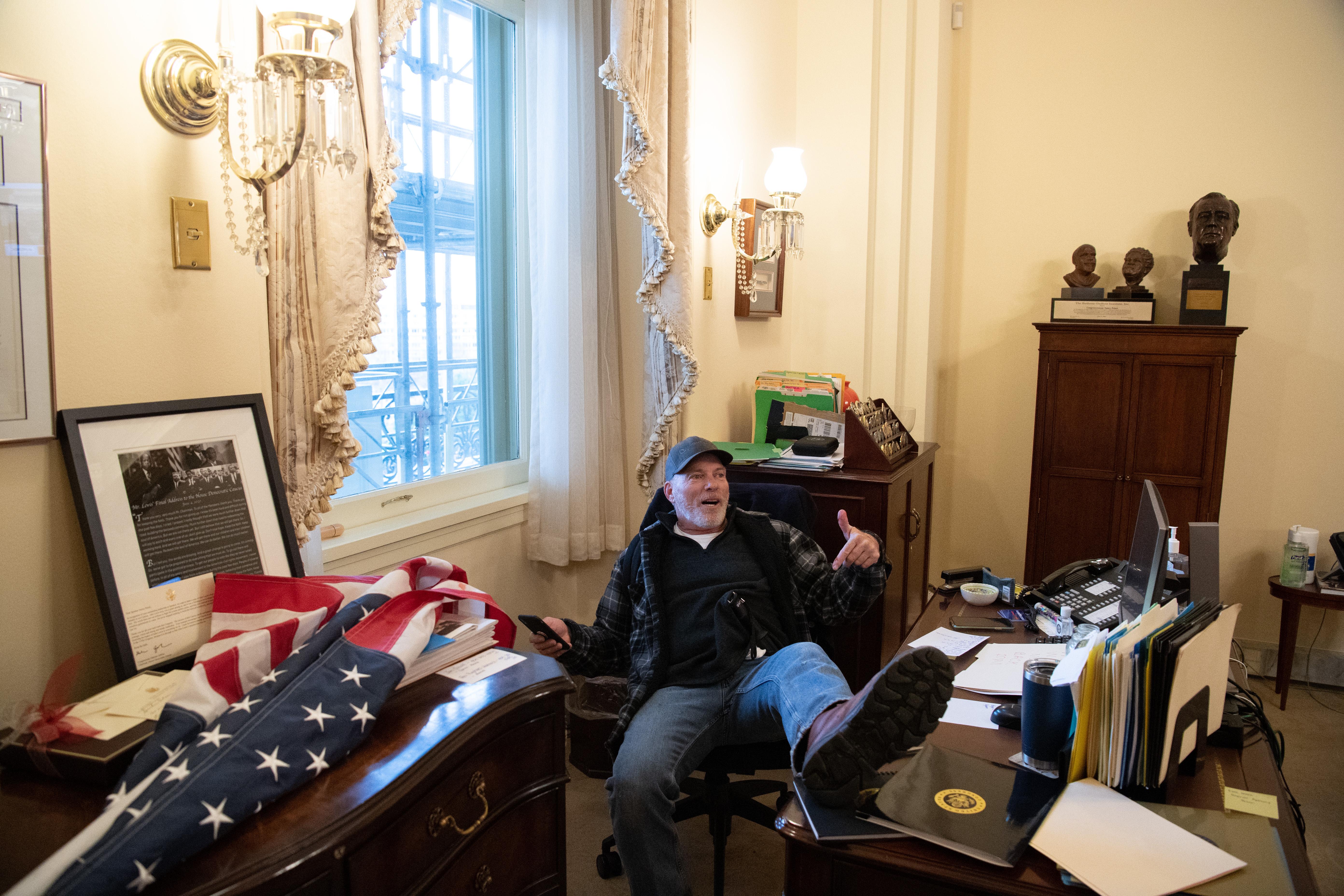 Letartóztatták a férfit, aki betört Nancy Pelosi irodájába