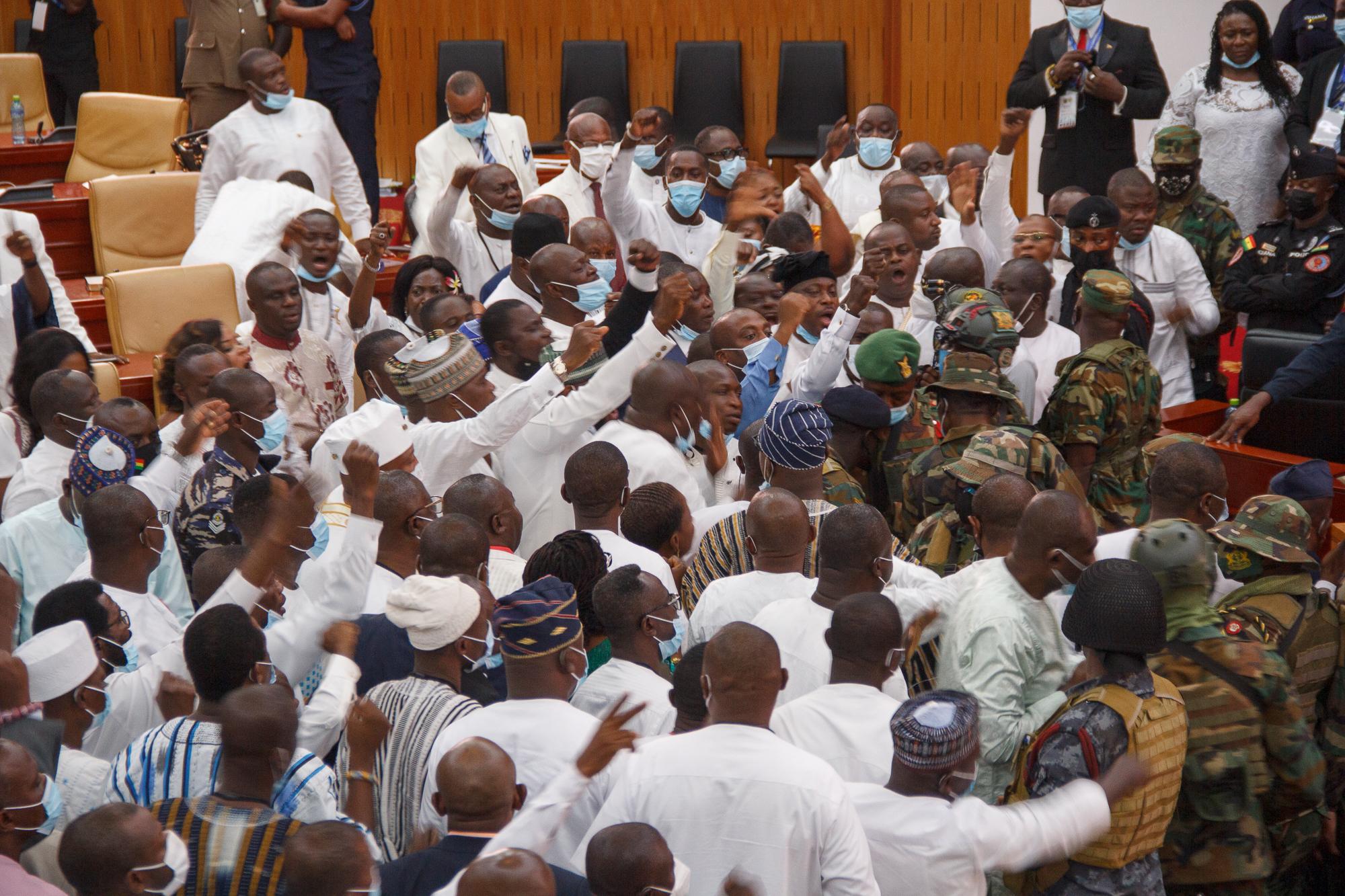 Akkora verekedés volt a ghánai parlamentben, hogy a hadseregnek kellett szétszednie a képviselőket