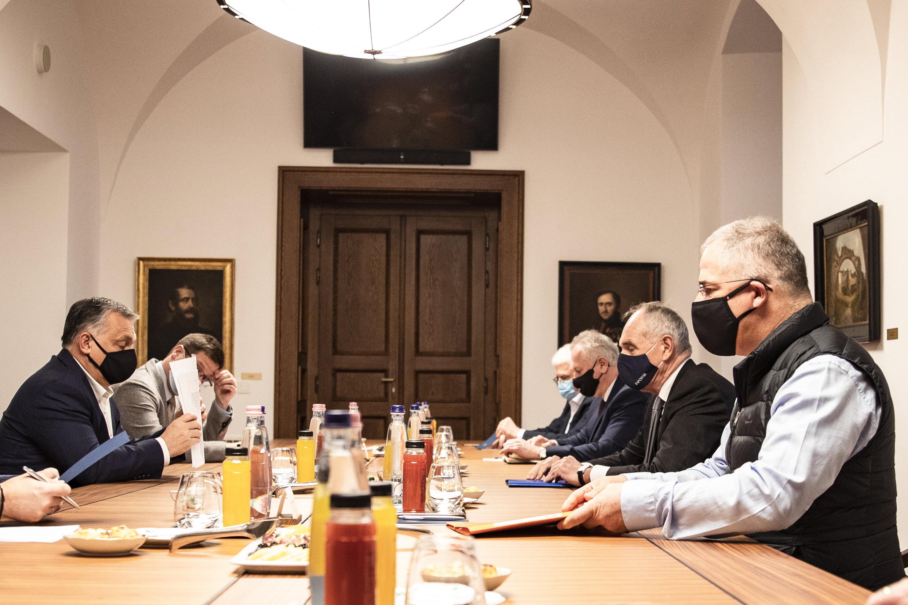 Orbán Rogánnal kísértette ki a pécsi polgármestert