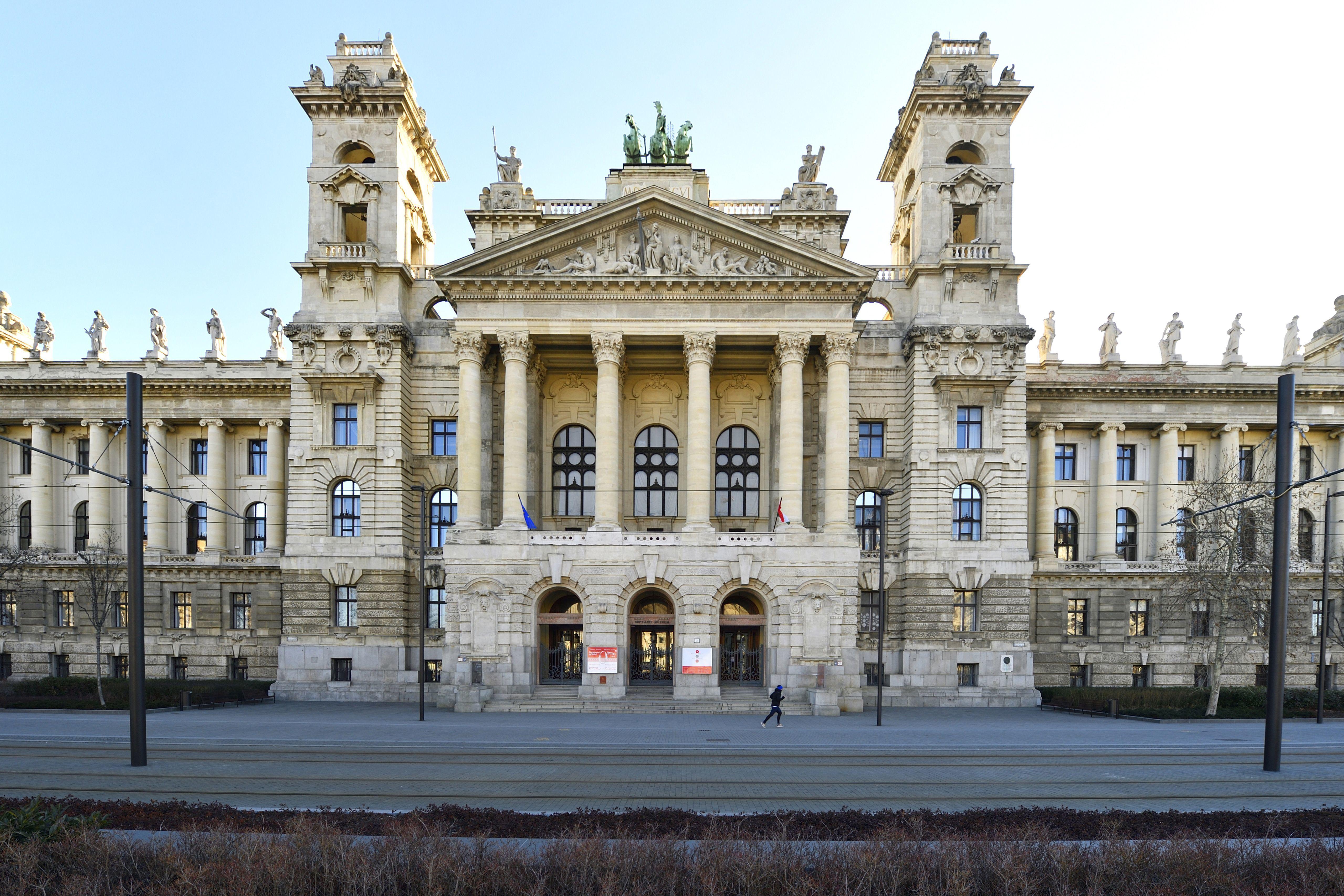 A felújítás előtt derült ki, hogy a Kúria nem fog teljesen elférni a Néprajzi Múzeum épületében