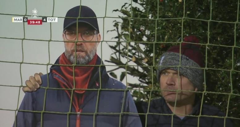 Mourinho bosszantására egy kartonból kivágott, életnagyságú Jürgen Kloppal nézte a meccset a kiscsapat szurkolója