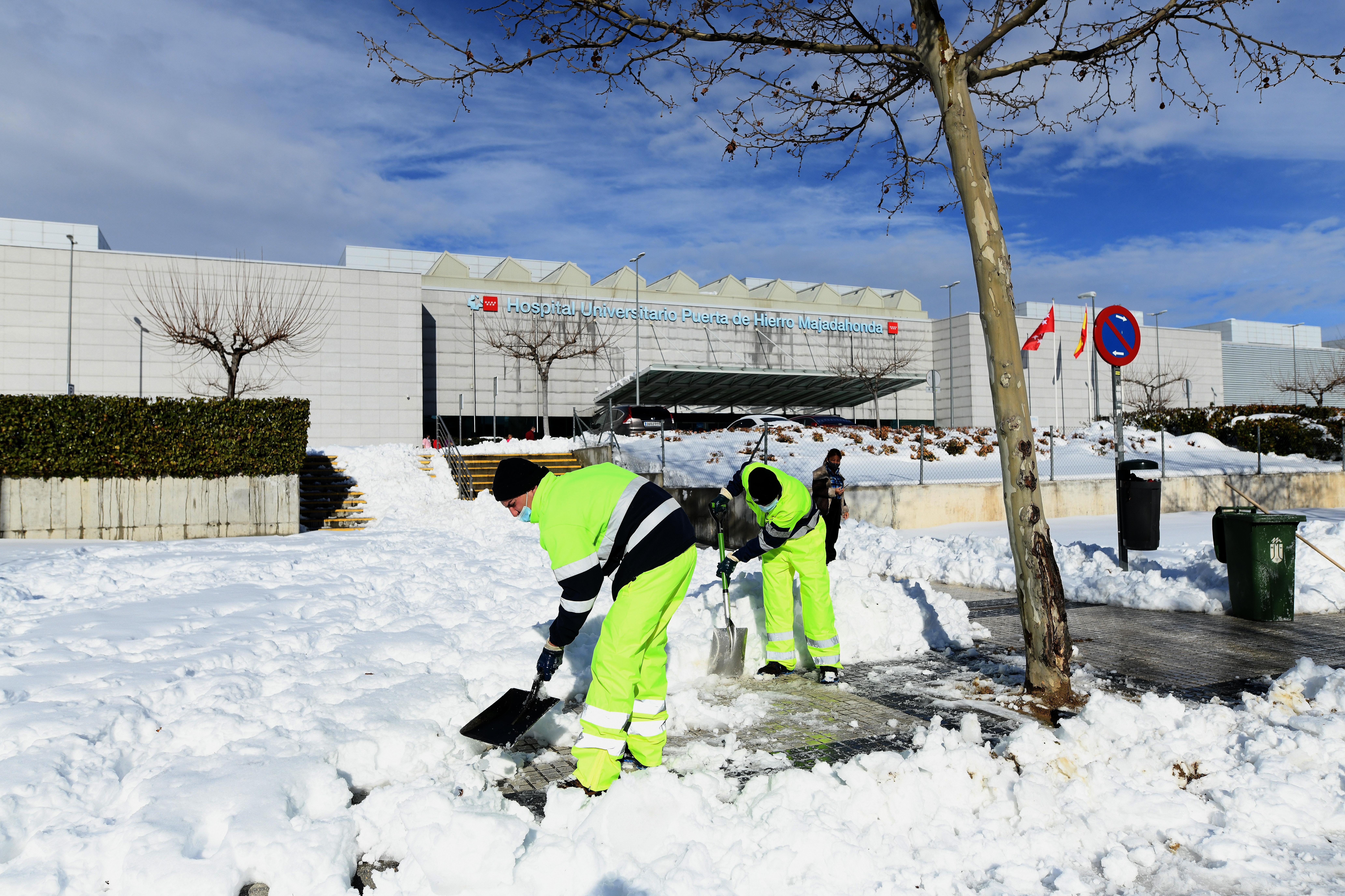 Madridban próbálják eltakarítani a havat, mielőtt minden jéggé fagyna