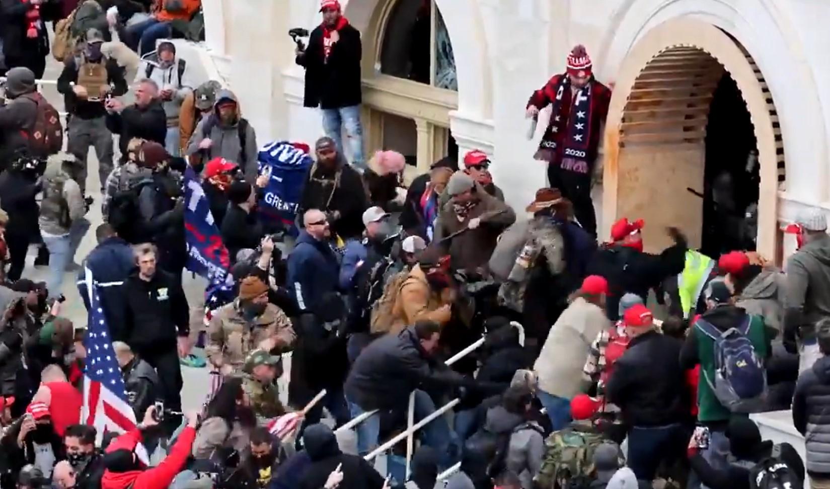 Újabb videó a Capitoliumból: Trump hívei a földön húznak, ütnek-vernek egy rendőrt