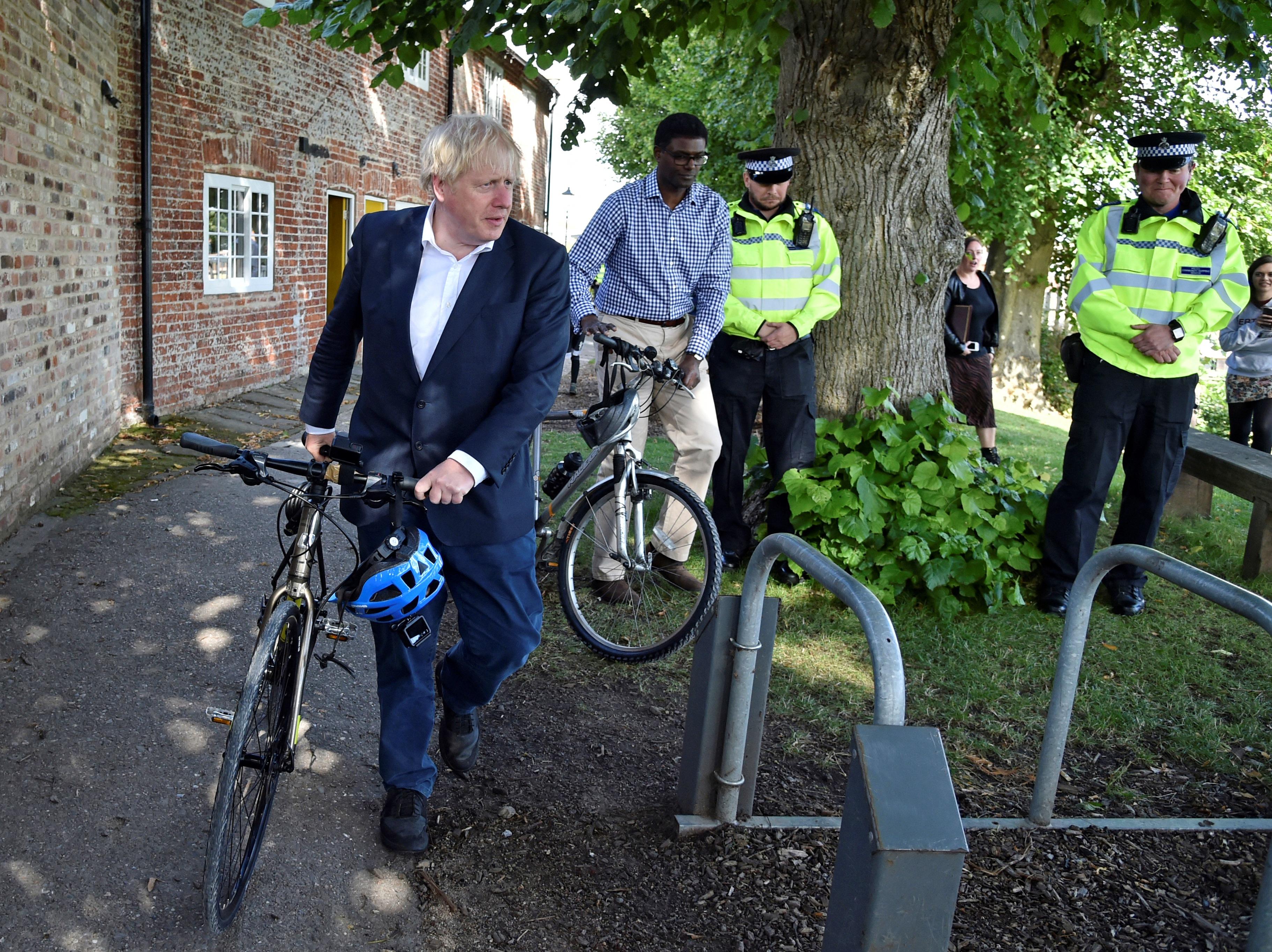 Lehet, hogy Boris Johnson autóval ment biciklizni