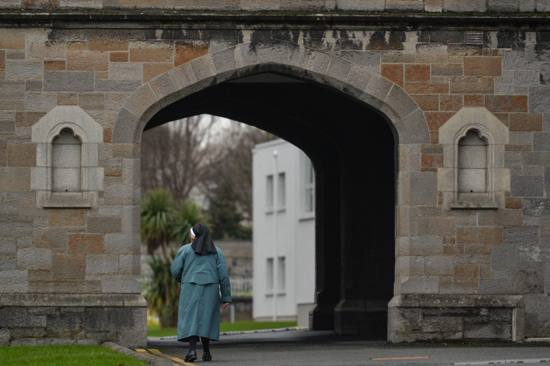 """Mintegy kilencezer """"törvénytelen gyerek"""" vesztette életét egyházi anyaotthonokban a múlt század Írországában"""