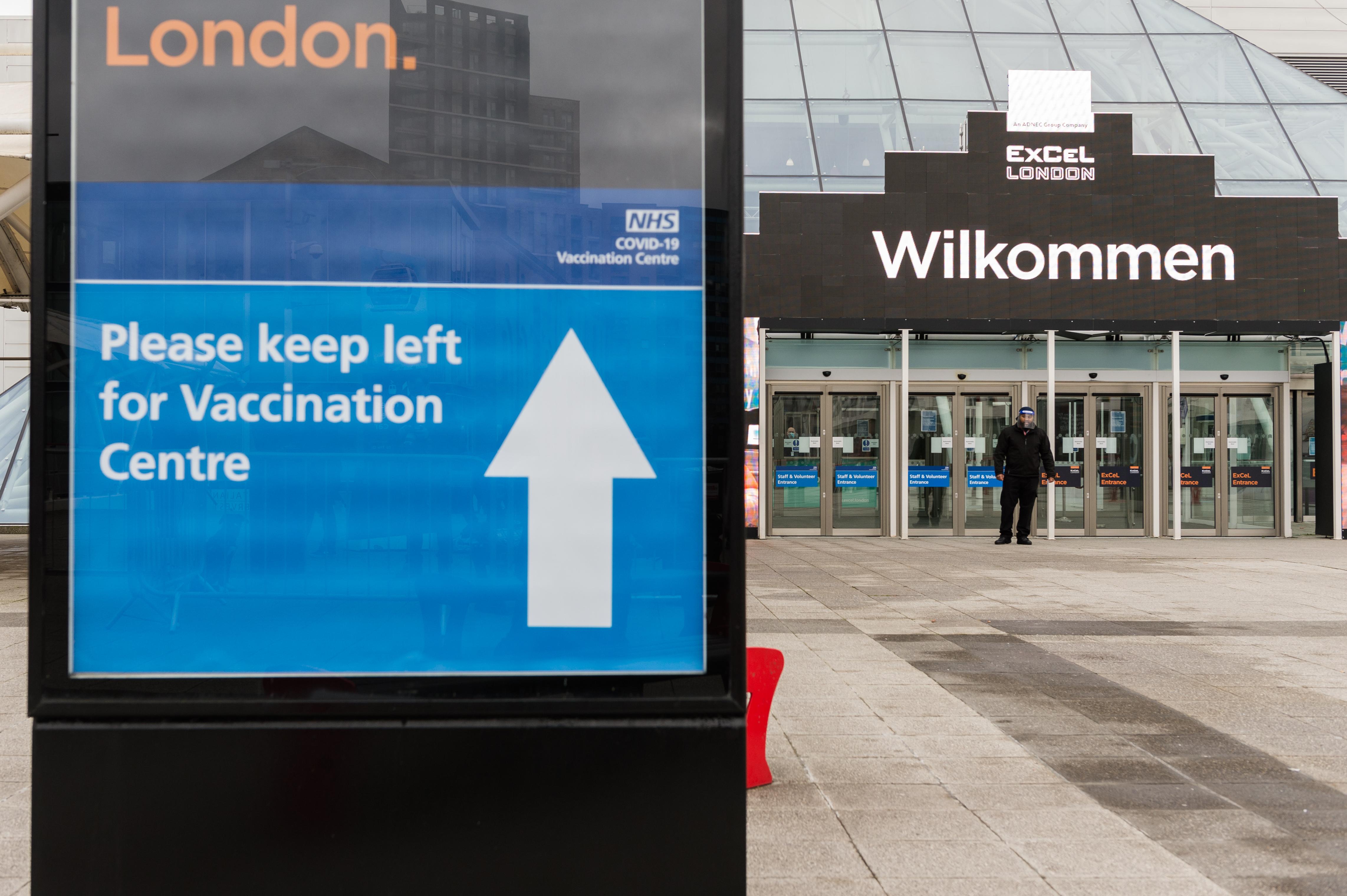 Kizárja az angol oltási rendszer a kórházban dolgozó bevándorlókat