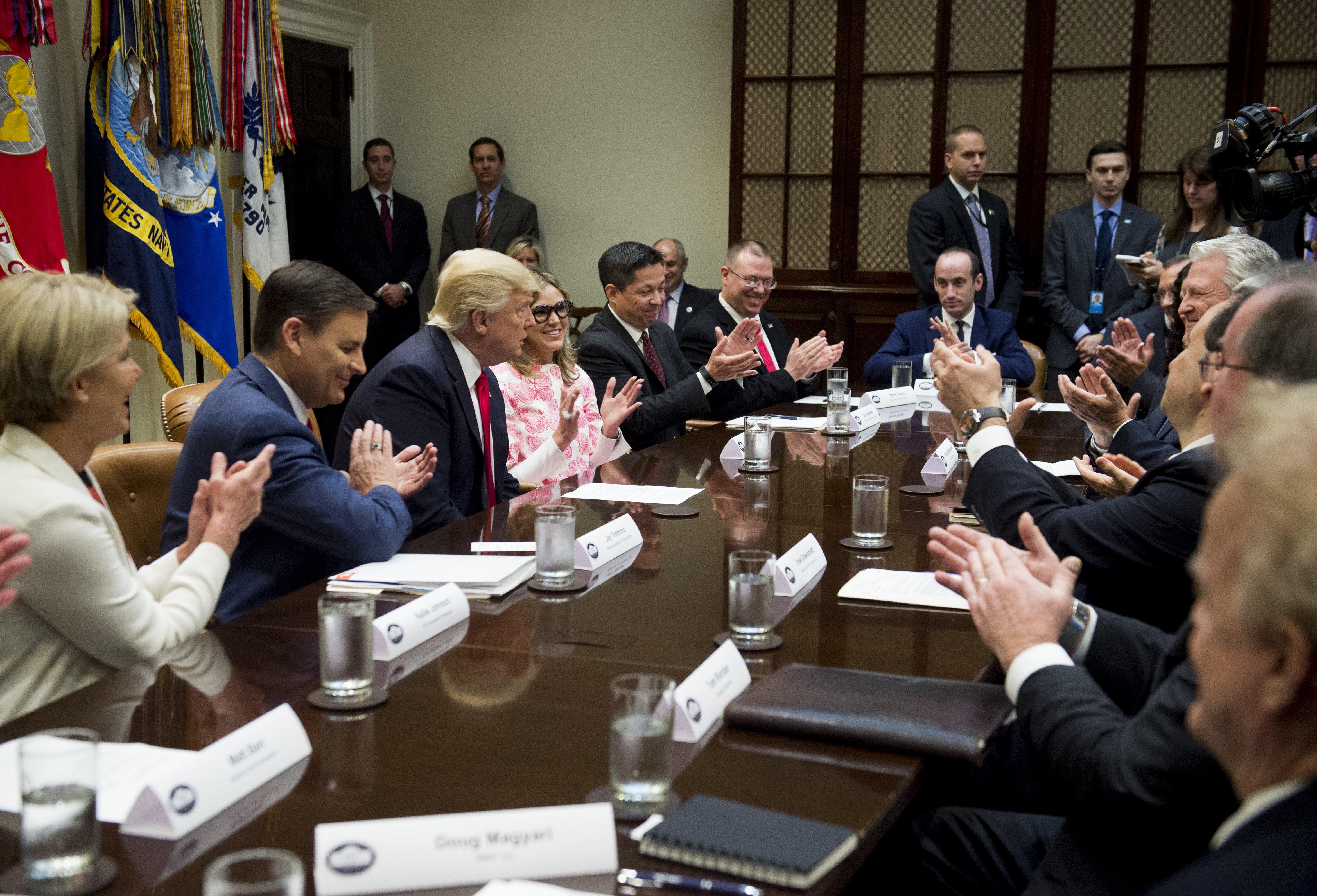 Amint megbukott Trump, kihátrált mögüle a nagy pénz