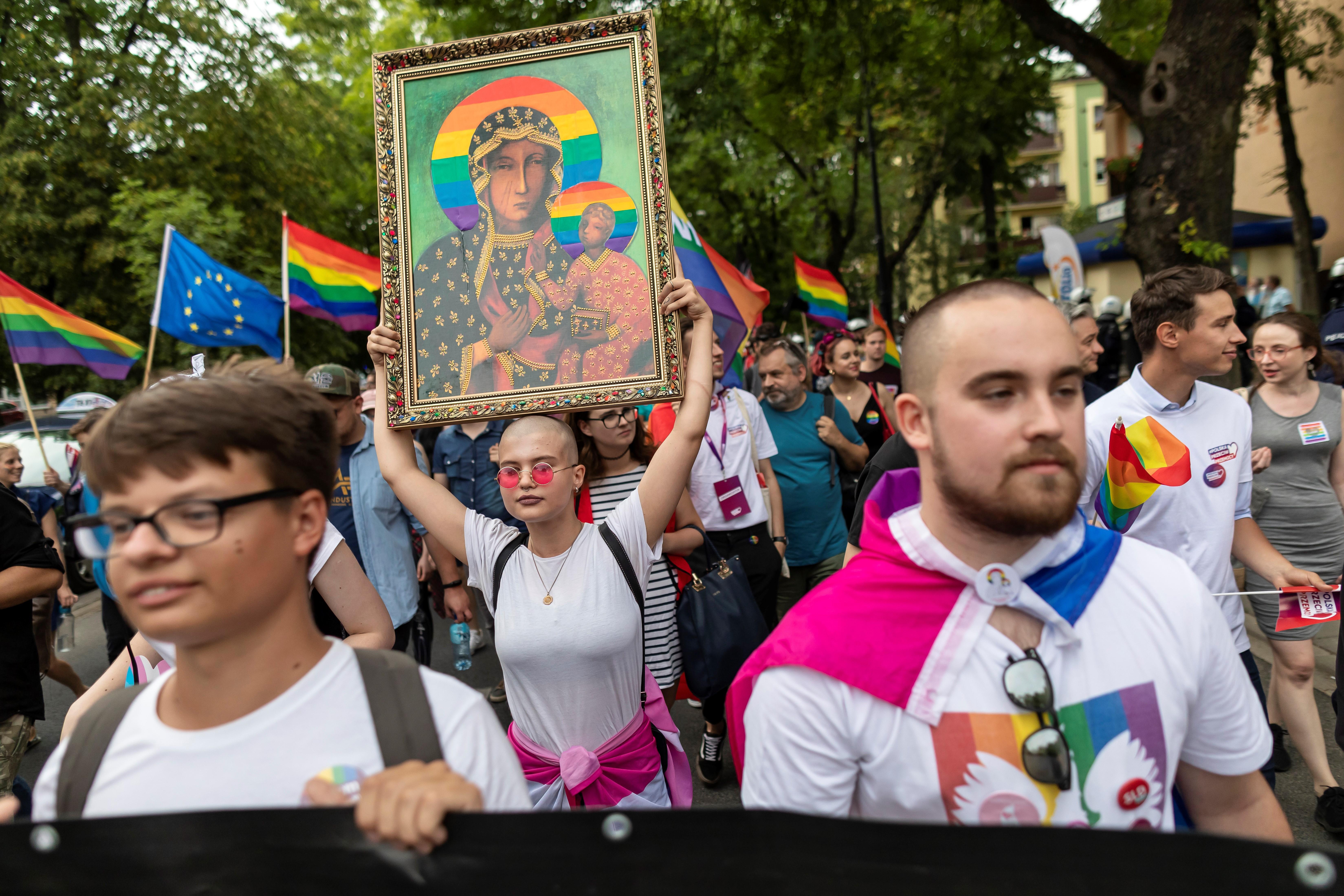 Bíróság elé kell állnia három lengyel nőnek, amiért posztereik szivárványos glóriával ábrázolták Szűz Máriát
