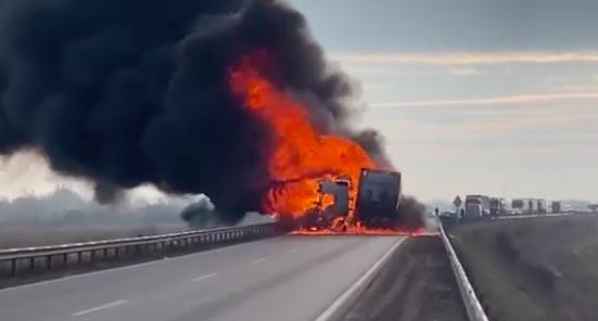 Óriási lángokkal égett egy kamion Kecskemétnél