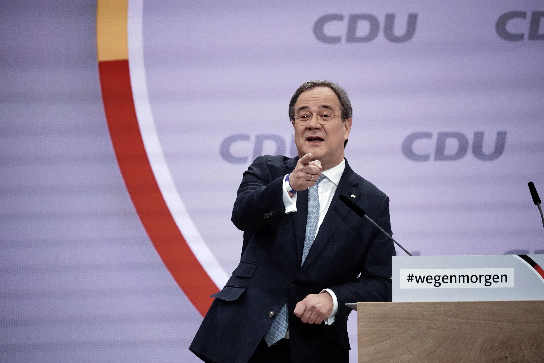 Merkel pártfogoltját választották a CDU elnökévé