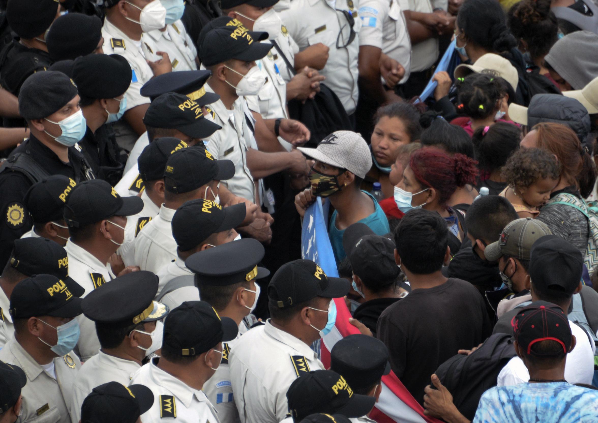 Hétezres bevándorló tömeg csapott össze a rendőrökkel Guatemalában