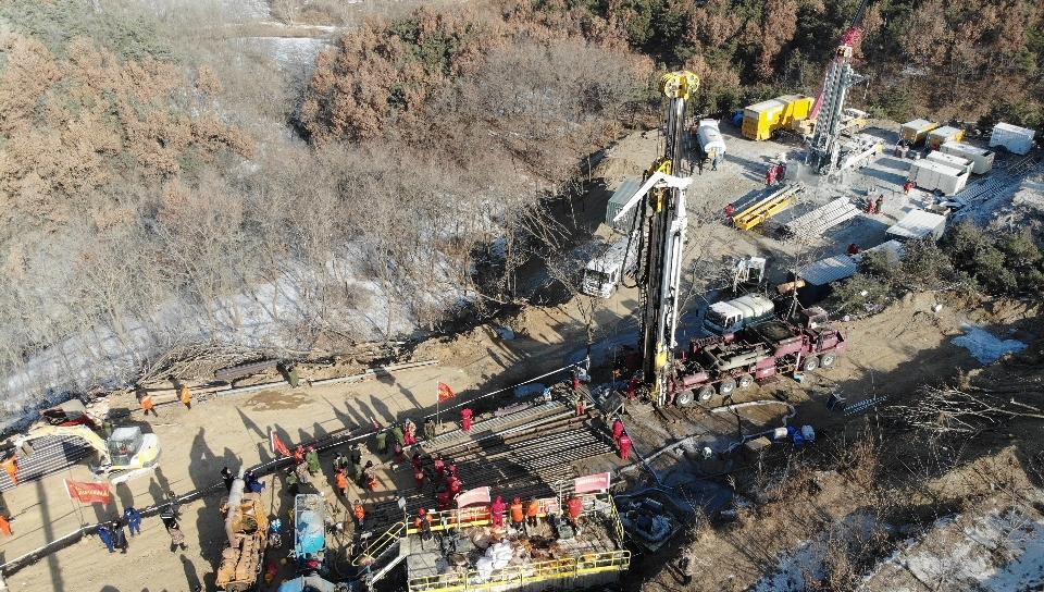 Üzenetet küldtek a felrobbant aranybányában rekedt kínai bányászok