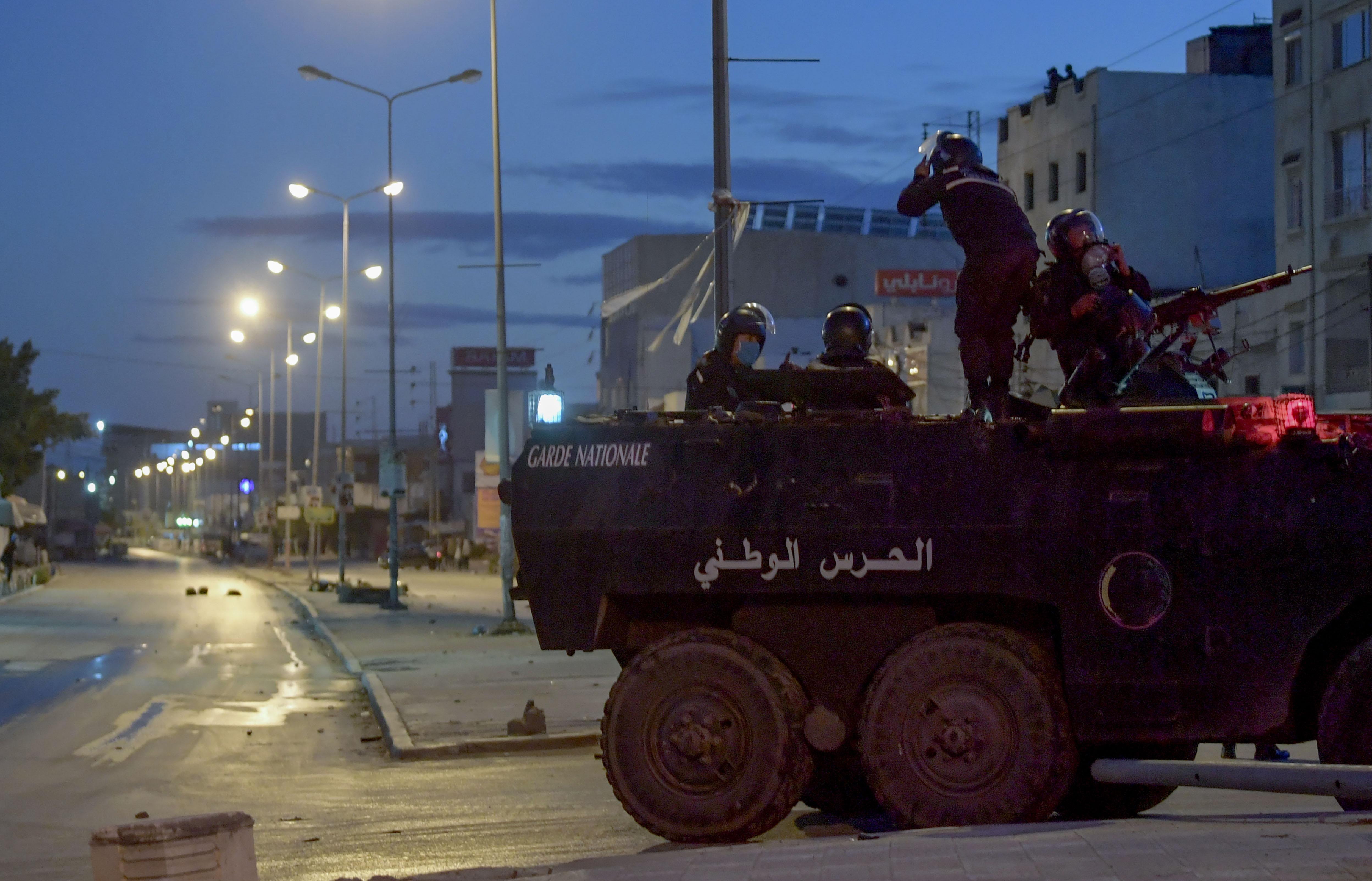 A hadsereget is bevetették a gazdasági helyzet miatt tüntetők ellen Tunéziában
