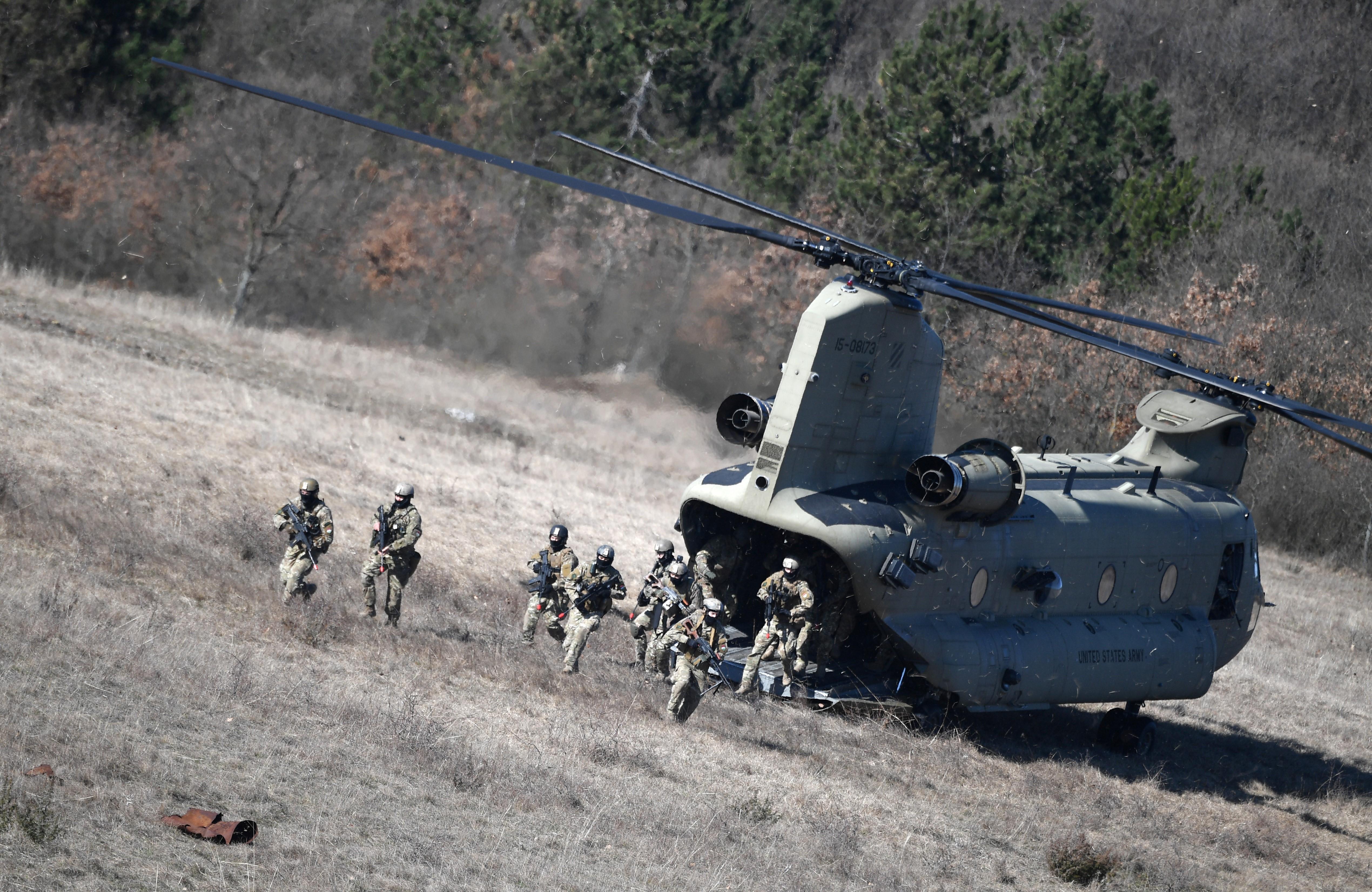 Három katona meghalt, amikor lezuhant egy helikopter New York államban