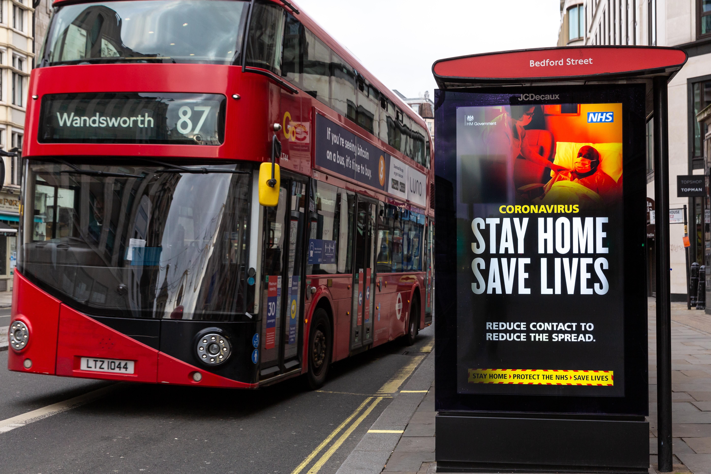 Londonban buszokat alakítanak át covidos betegek szállítására