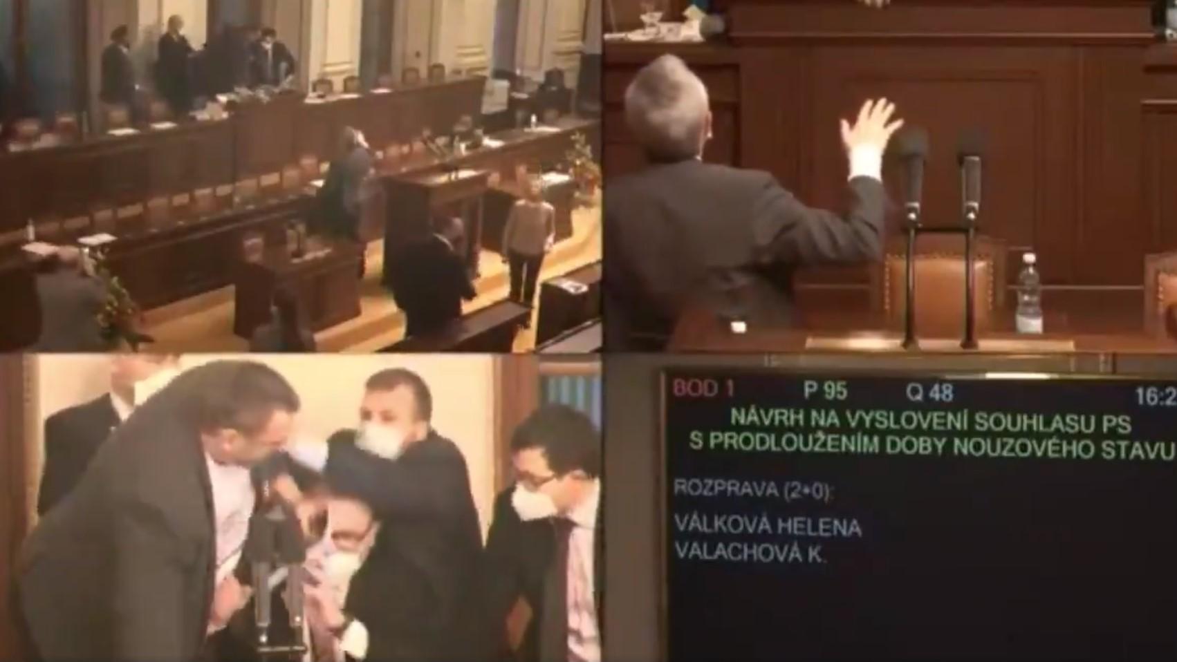 Dulakodás alakult ki a cseh parlamentben, miután egy képviselő maszk nélkül próbált felszólalni az elnöki pulpitusnál, a többiek meg megpróbálták elrángatni onnan