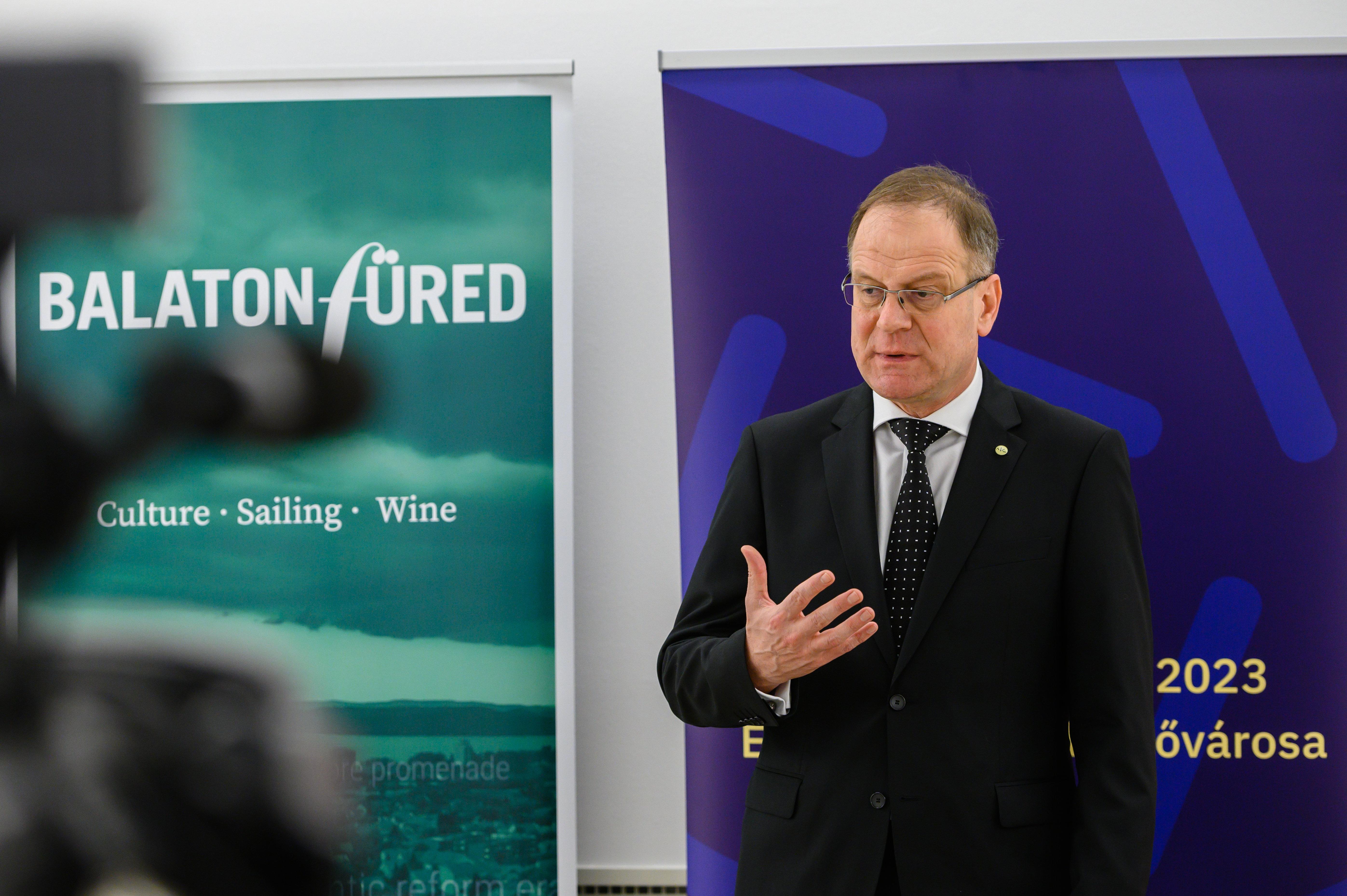 Navracsics Tibor Brüsszelben magyarázta, hogy a kiszervezett egyetemeknek is jöhetne EU-s pénz