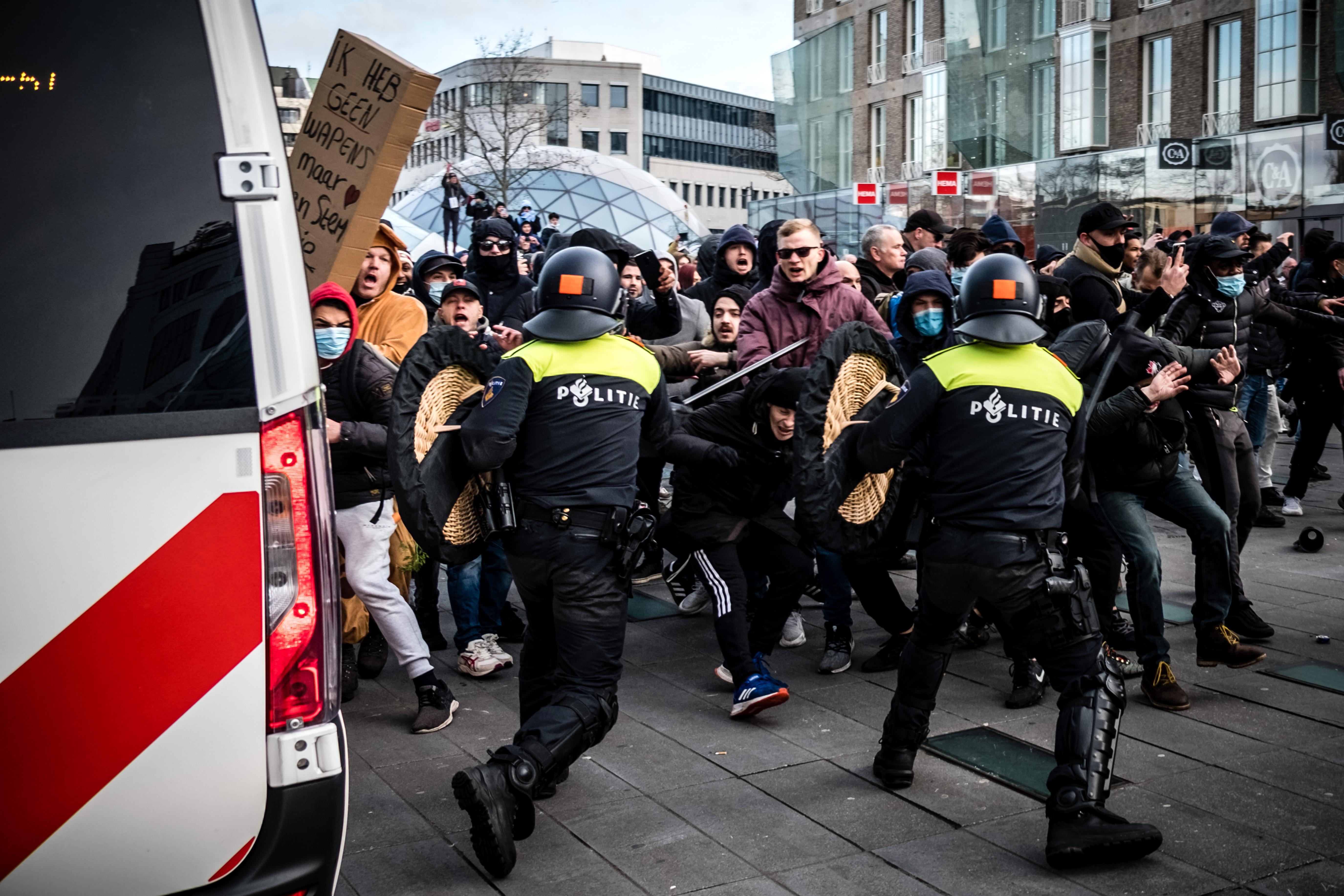 A hollandok szétzúzott üzletekkel, felgyújtott autókkal és kockakövek dobálásával tiltakoztak a lezárások ellen