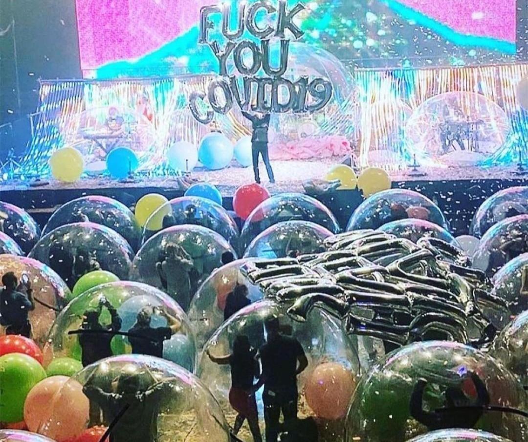 Felfújható buborékban, járványbiztosan bulizott a közönség a Flaming Lips koncertjén
