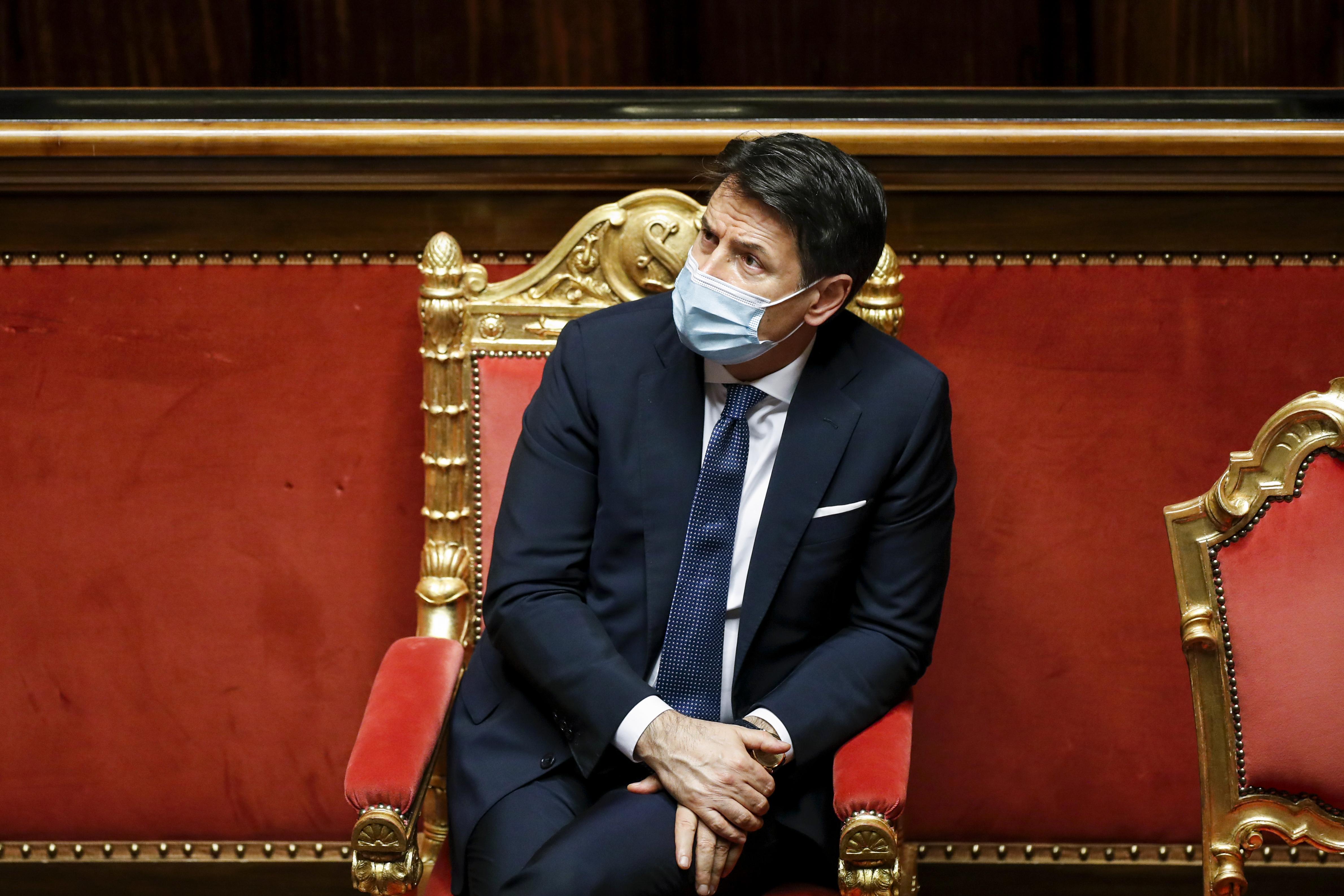 Lemond az olasz miniszterelnök, de abban bízik, hogy újra kormányt alakíthat