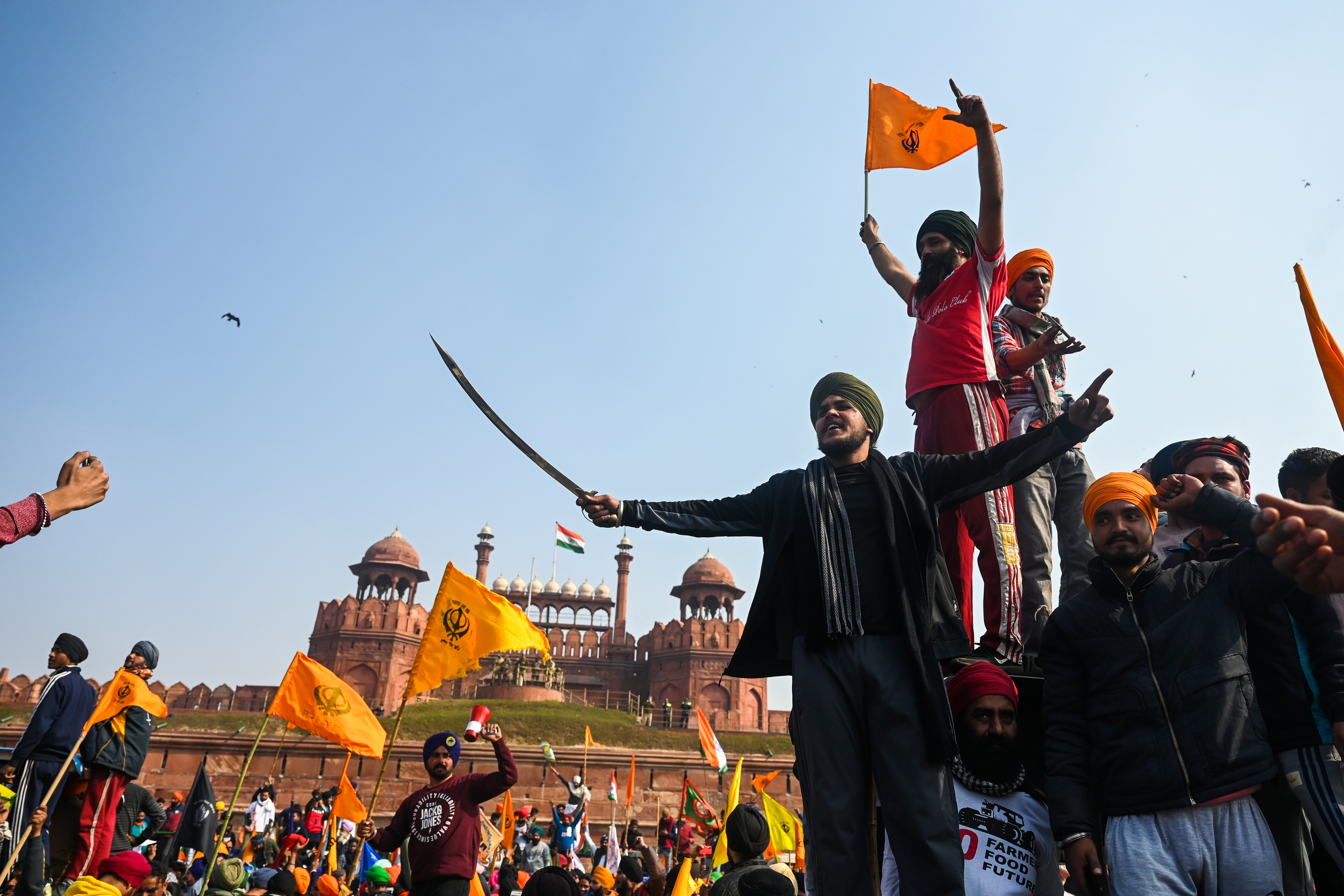 Százezrek az utcán, erőszak, vízágyú és könnygáz Delhiben