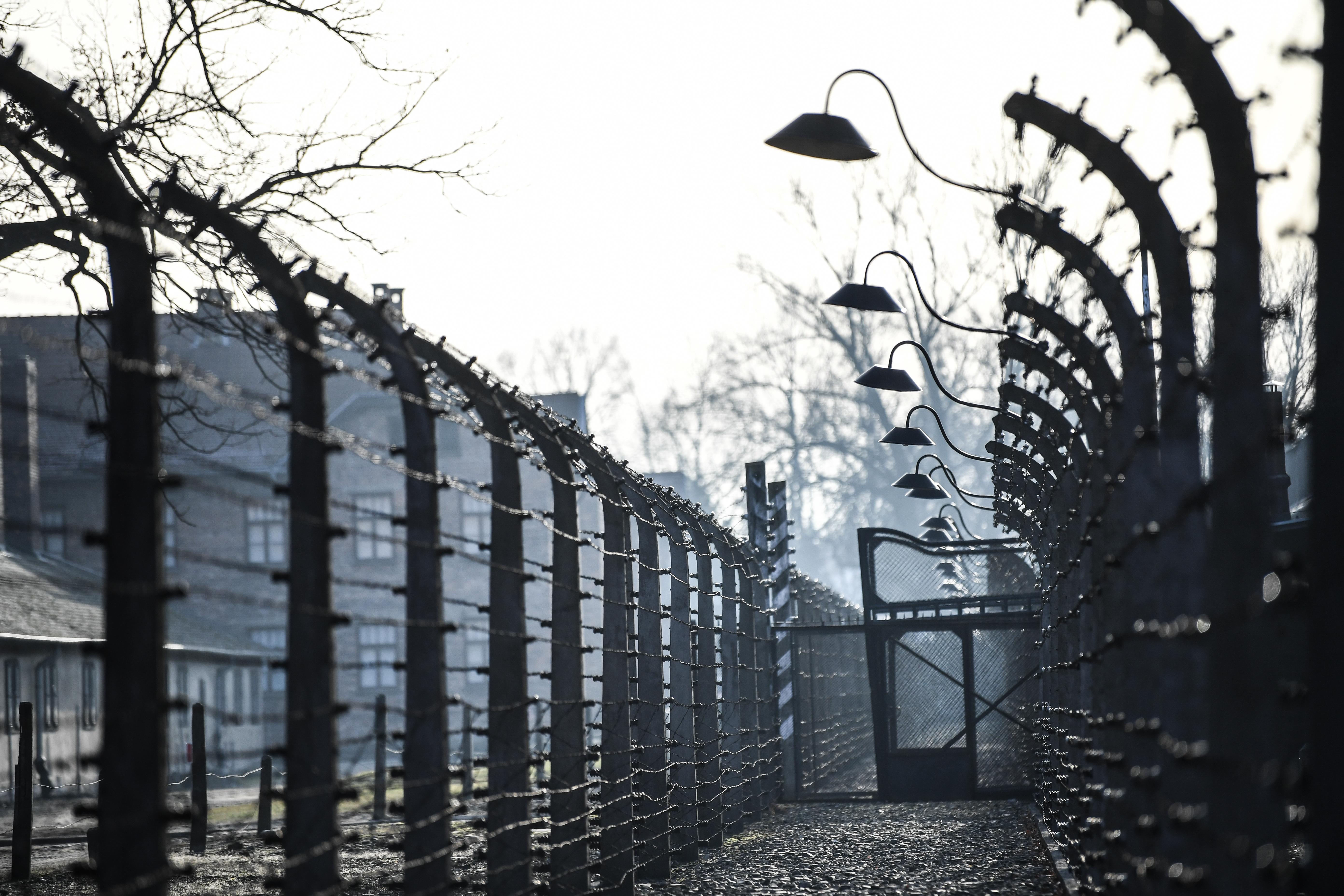 Bocsánatot kell kérnie két lengyel holokausztkutatónak, mert azt állították valakiről, hogy üldözte a zsidókat, pedig segítette őket