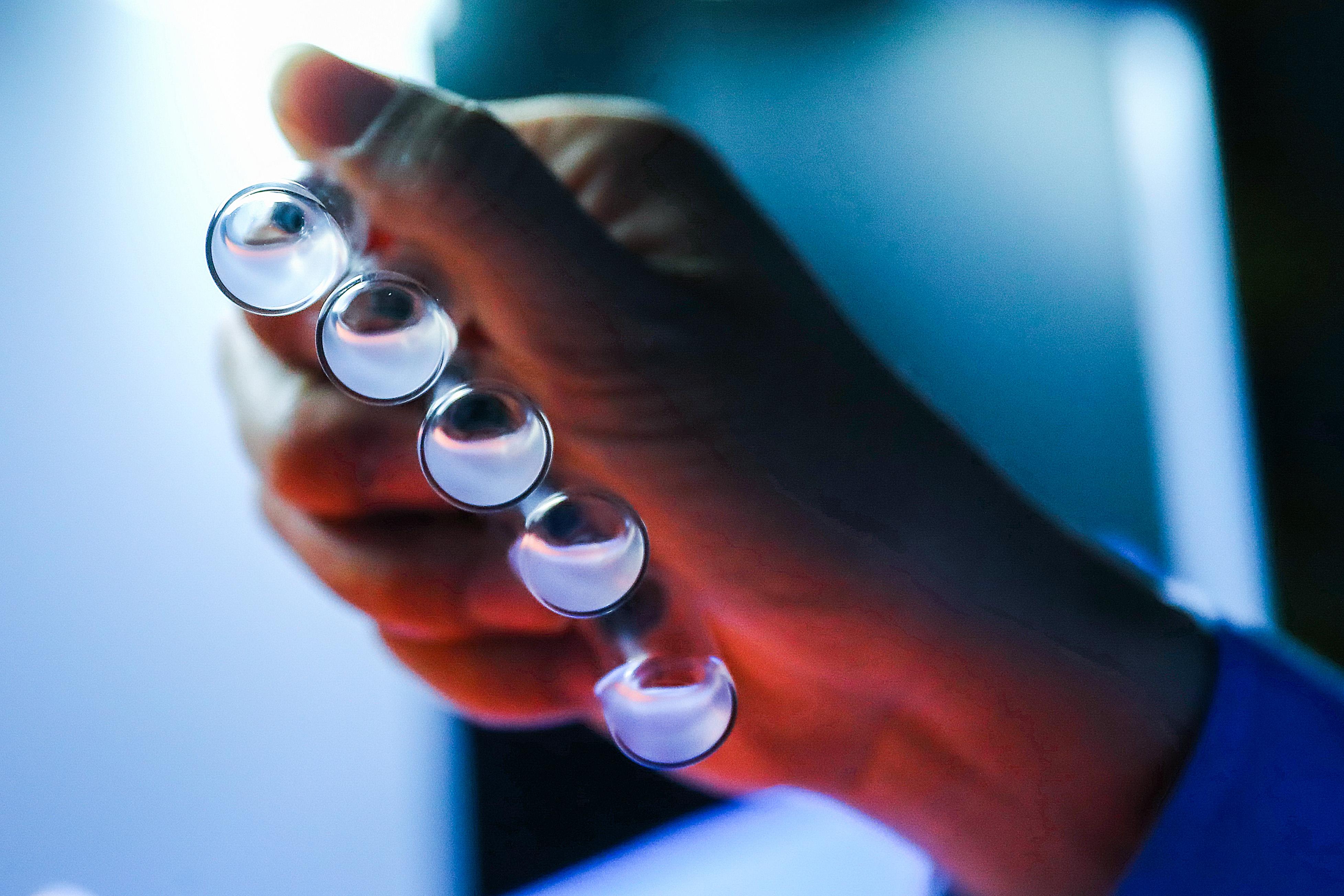 Szerdán érkezik a bamlanivimab nevű, koronavírus ellen hatékony gyógyszer Magyarországra