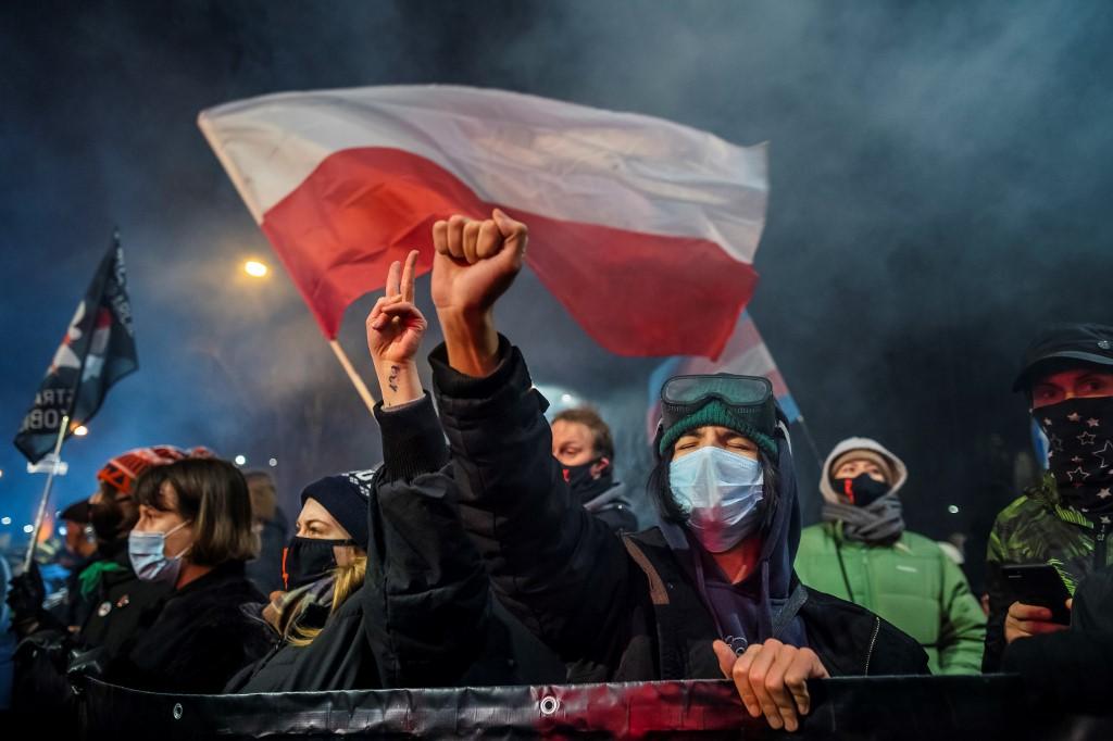 Csütörtökön várhatóan hatályba lép a lengyel abortusztilalom, nagy tüntetések várhatók