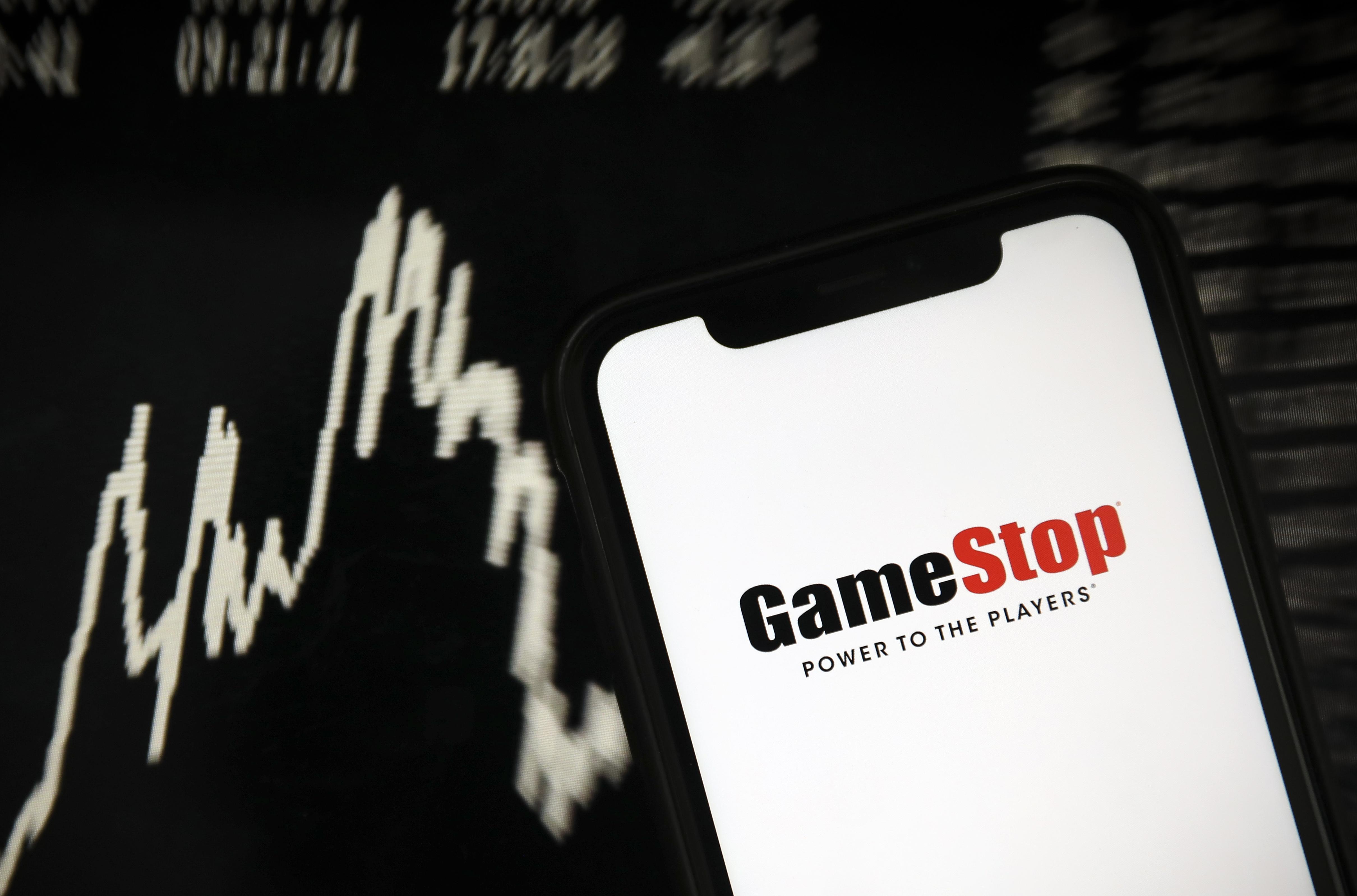 Bezuhant a korábban teljesen elszállt árfolyam, miután a reddites kisbefektetők körében népszerű alkalmazás nem engedte vásárolni a GameStop részvényeit